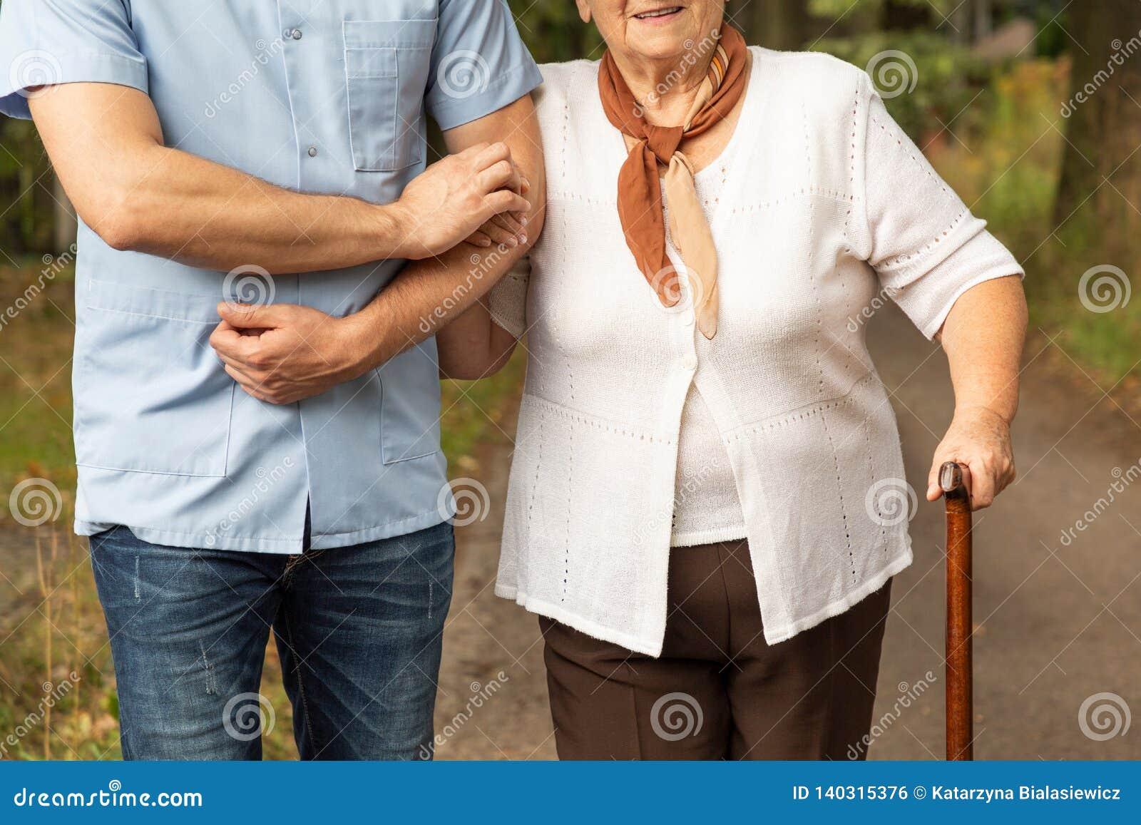 Foto potata di una madre senior con suo figlio su una passeggiata