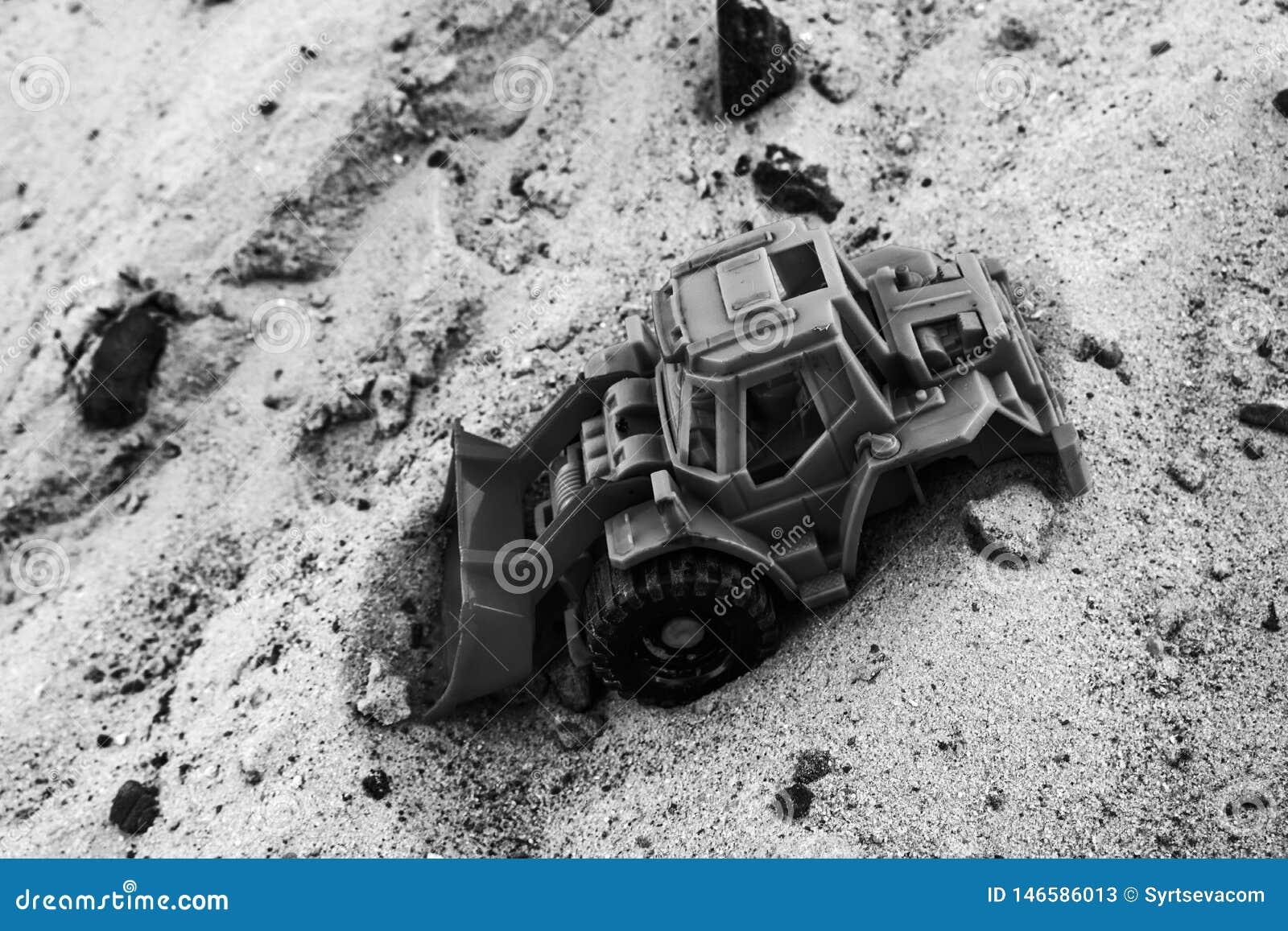 Foto preto e branco do carro do vintage na areia
