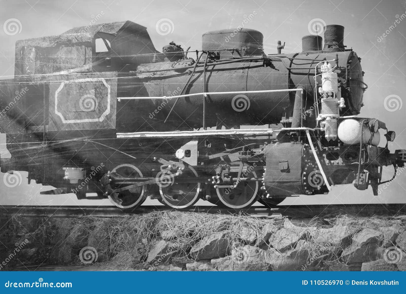 Foto preto e branco do trem soviético velho