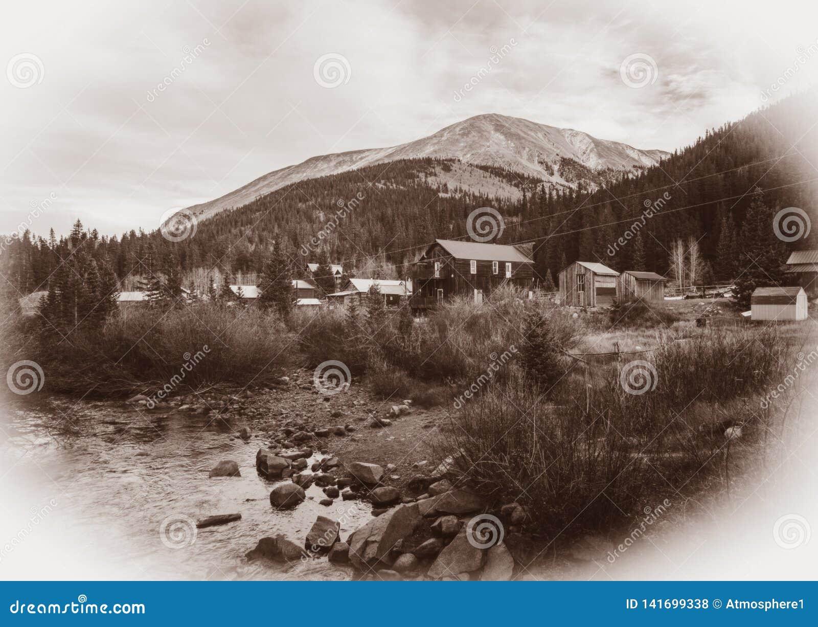 Foto preto e branco do vintage do Sepia de constru??es de madeira ocidentais velhas em St Elmo Gold Mine Ghost Town em Colorado