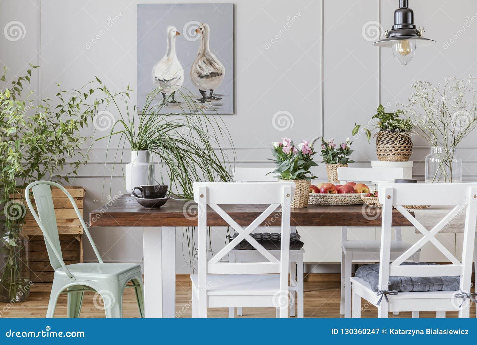 Foto Real De Plantas En Un Interior Rustical Del Comedor Con ...