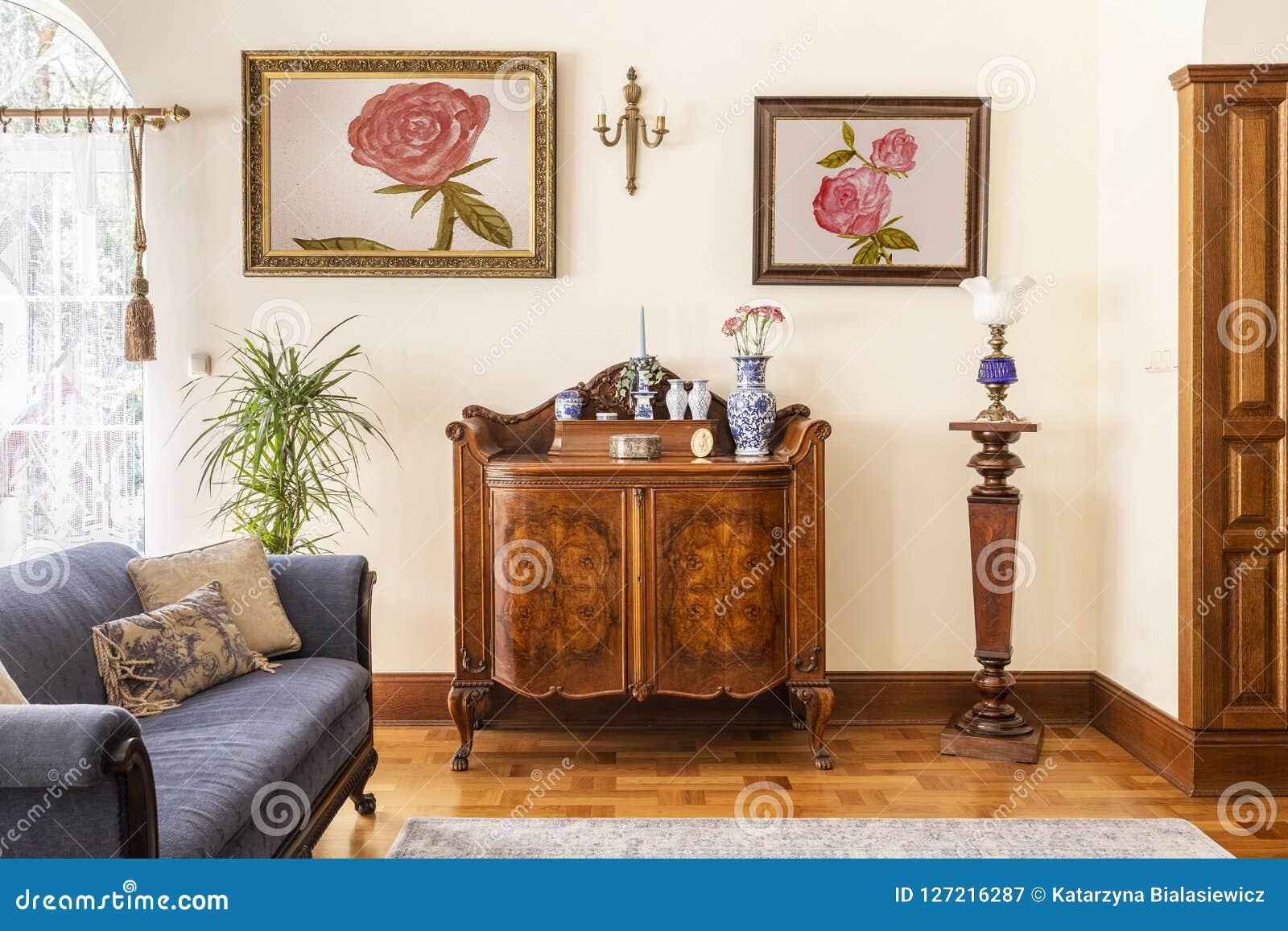 Foto real de um armário antigo com decorações da porcelana, pai