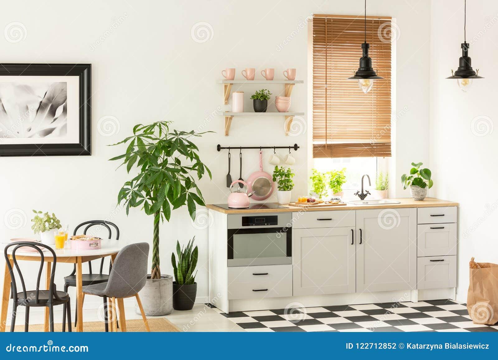 Foto Real De Un Interior Moderno De La Cocina Con Los Armarios, Las ...