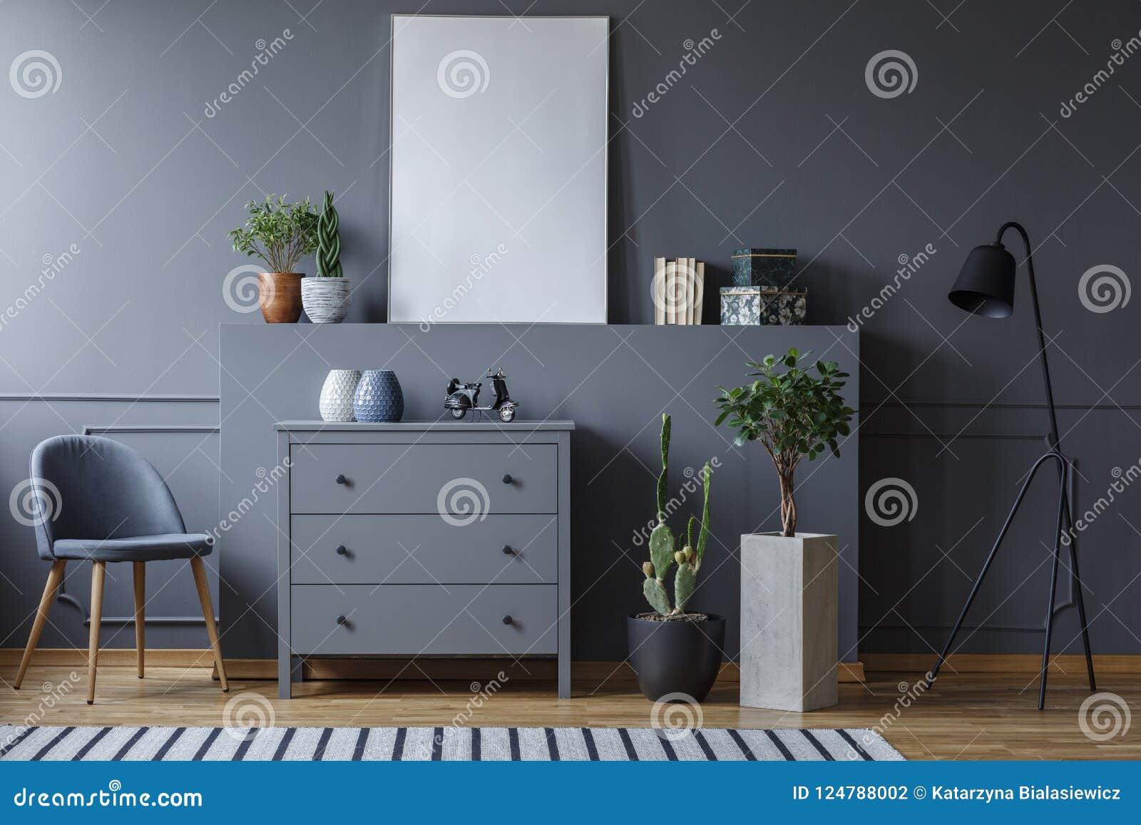 Foto real de una sala de estar monocromática con un pecho del cajón