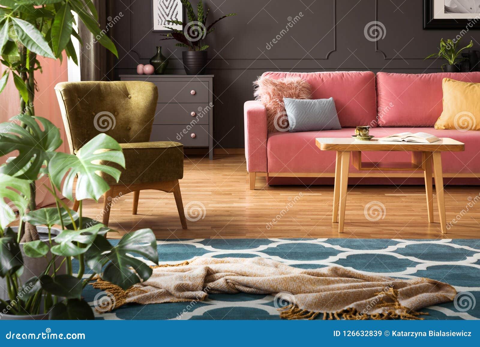 Tappeto Da Salotto Rosa : Foto reale della coperta disposta sul tappeto marocchino del