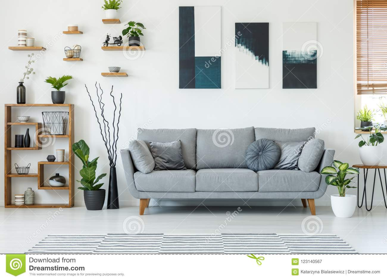 Foto reale di un interno elegante del salone con uno strato comodo