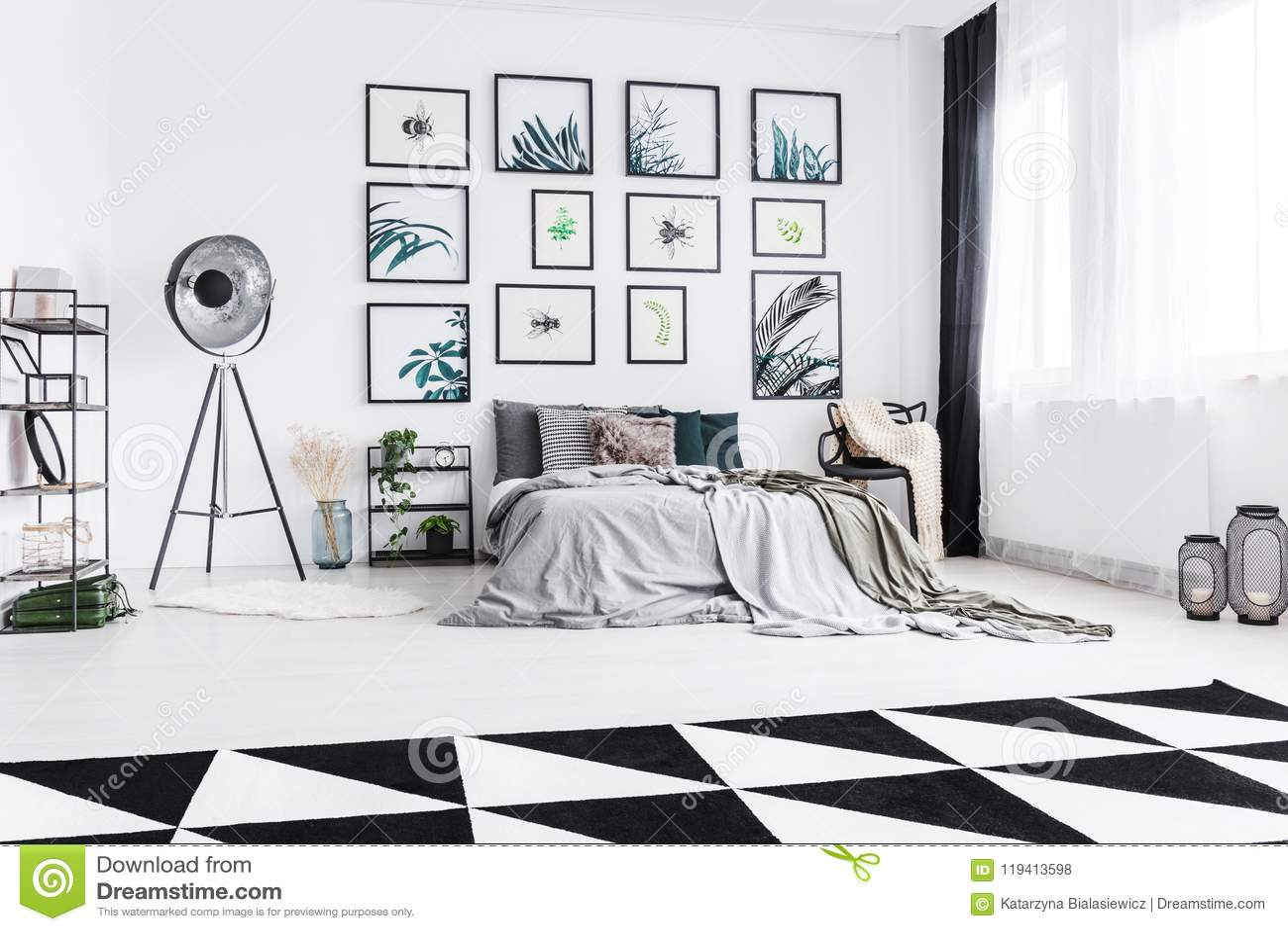 Camera Da Letto Bianco : Foto reale di una camera da letto in bianco e nero con un betw