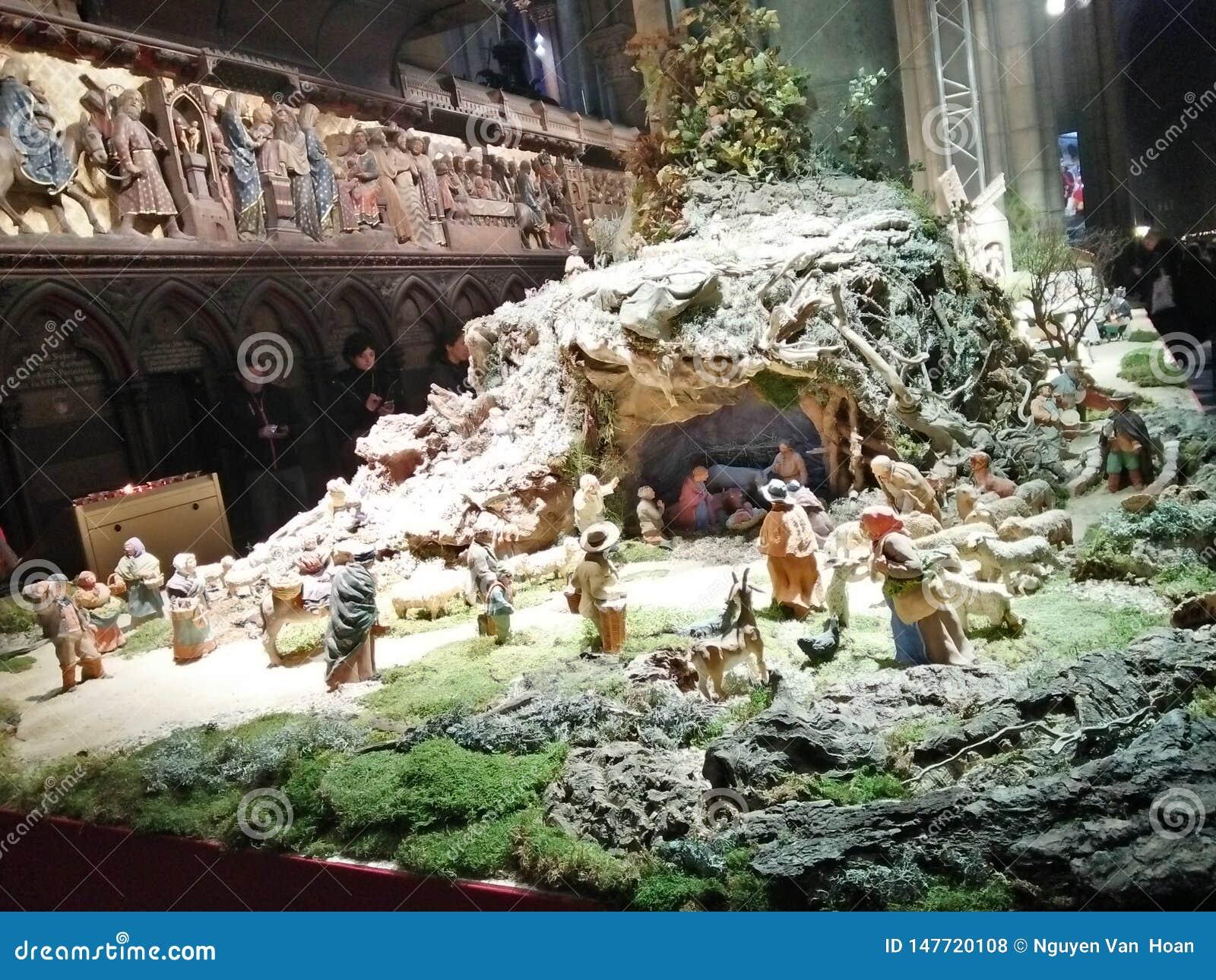 Foto s binnen de kerk van Notre Dame Paris - Kerstmiswarmte