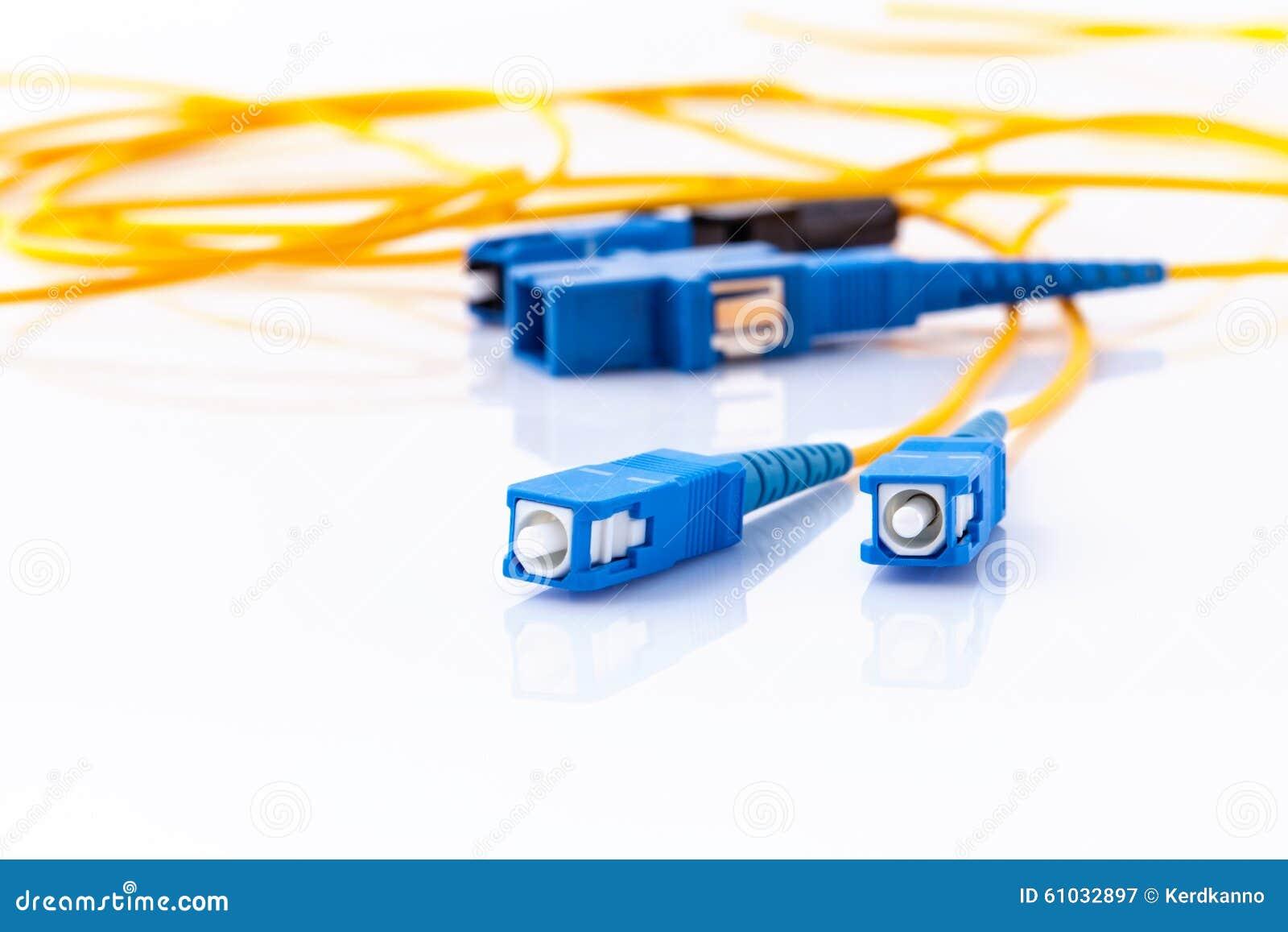 A foto simbólica dos conectores das fibras óticas para o Internet rápido conecta