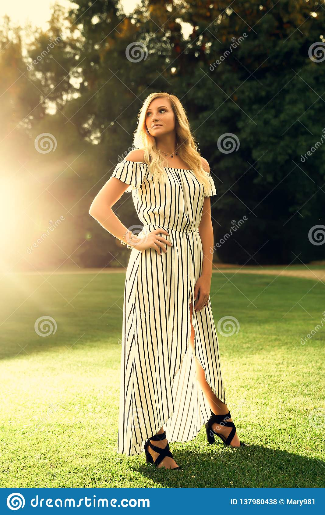 Foto superior da High School do ar livre caucasiano louro da menina no vestido do Romper