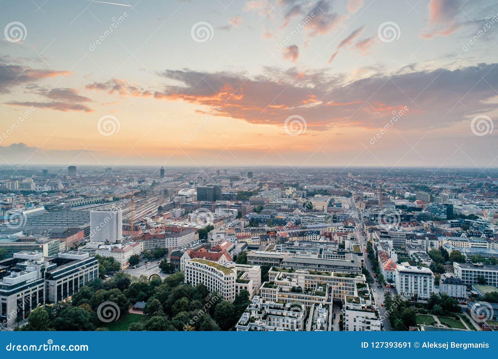 Foto urbana del verano de la opinión del abejón del aire del centro de ciudad de Munich
