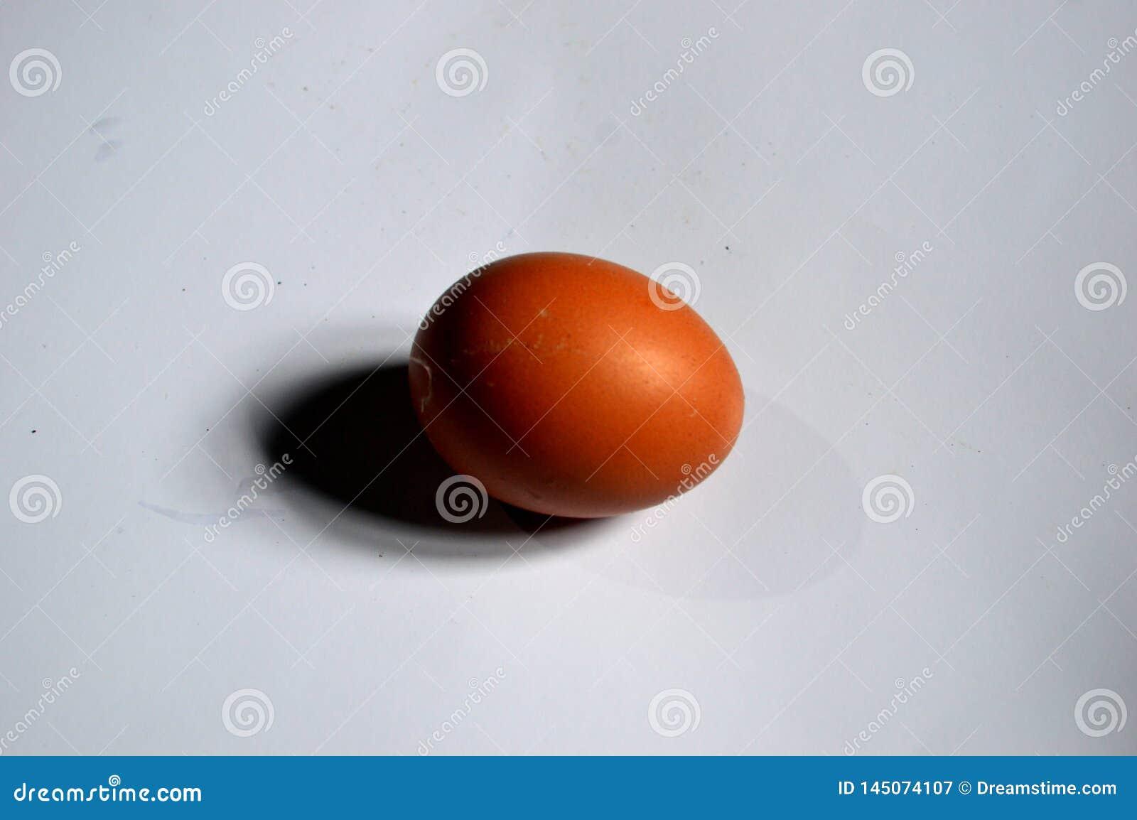 Foto van een ei met een witte achtergrond