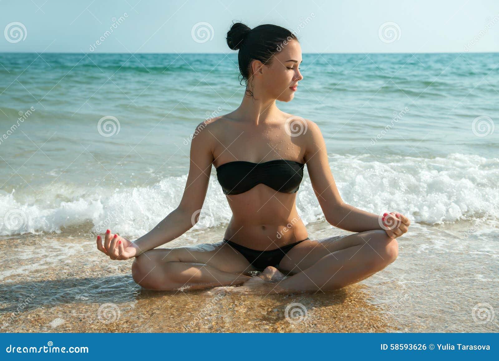 Foto van een mooie vrouw die en op een bea ontspannen mediteren