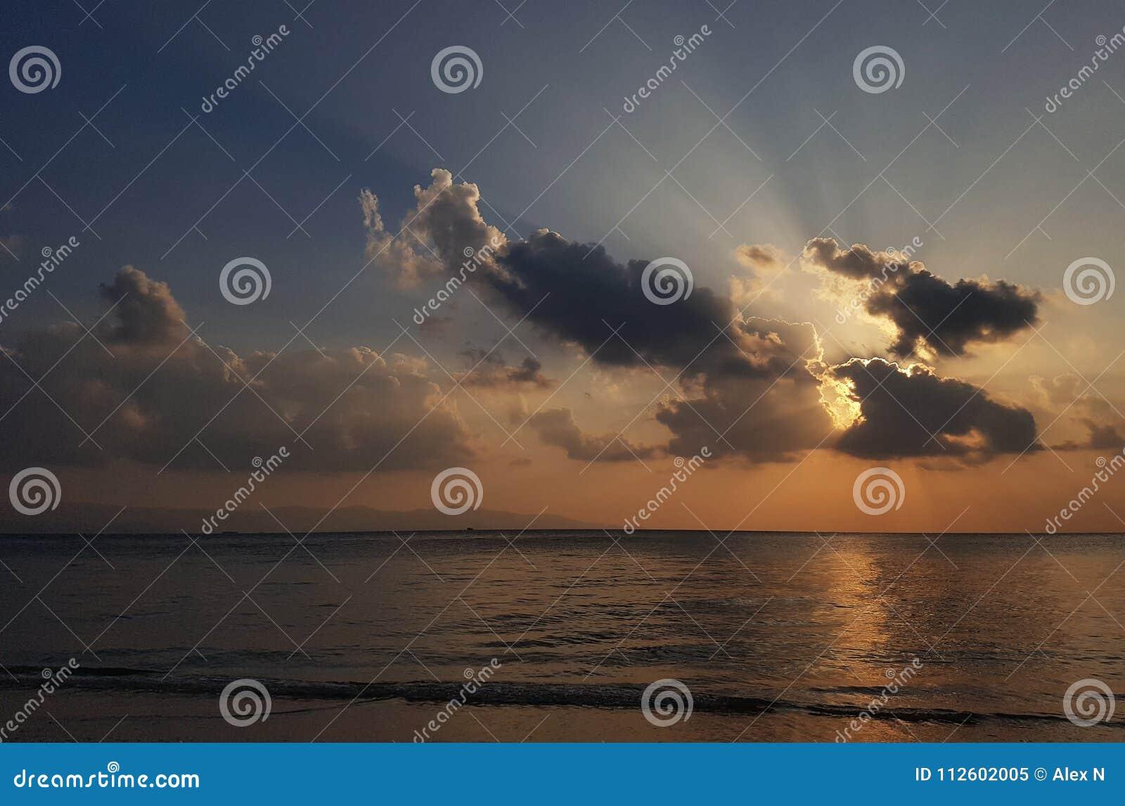 Foto van het gelijk maken van bewolkte hemel en overzeese kust