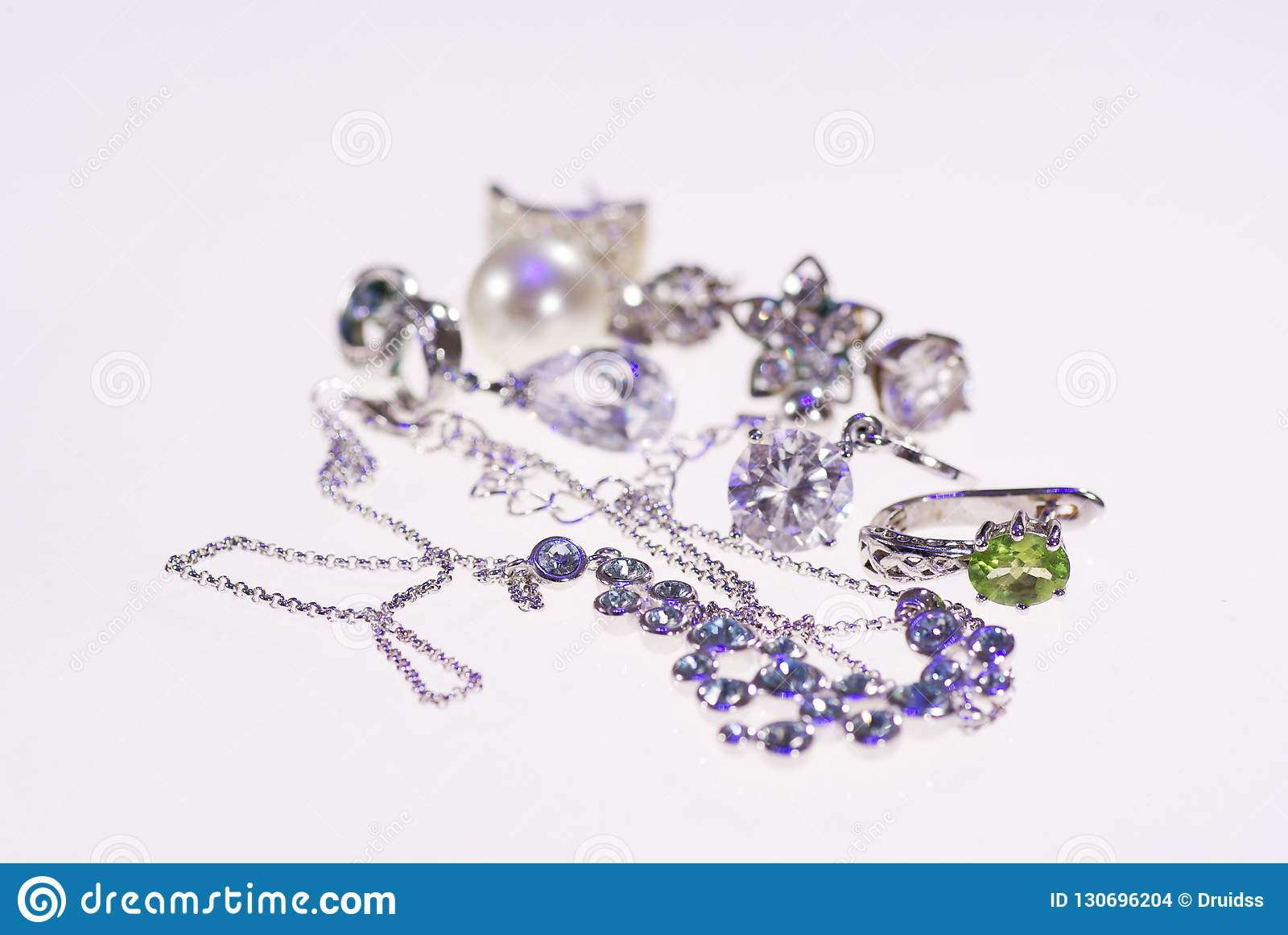 Foto van juwelenoorringen en kettingen