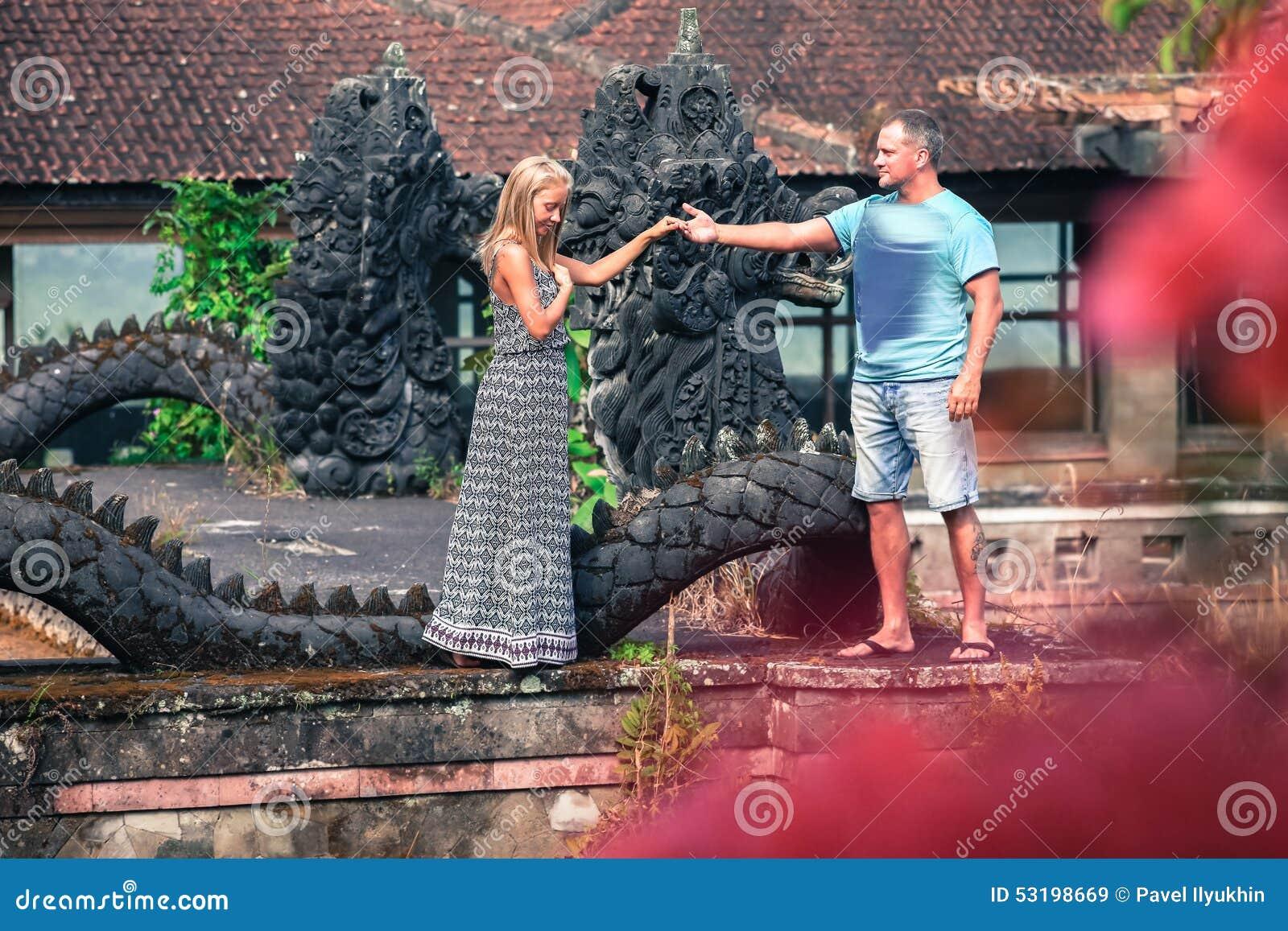 Foto van ongebruikelijk paar bij het mystieke hotel