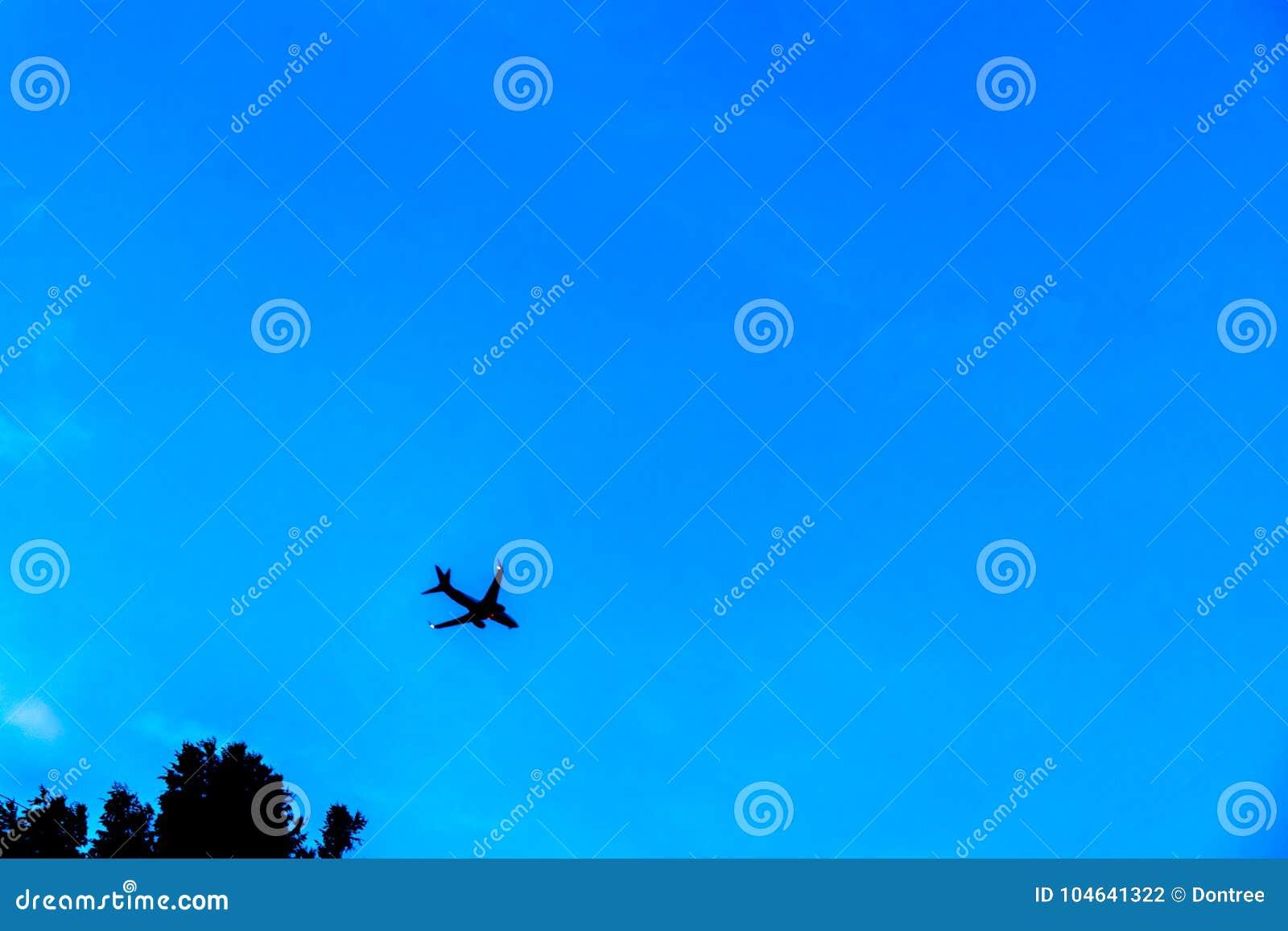 Download Foto Van Vliegend Vliegtuig In Blauwe Hemel Stock Foto - Afbeelding bestaande uit luchthaven, wolk: 104641322