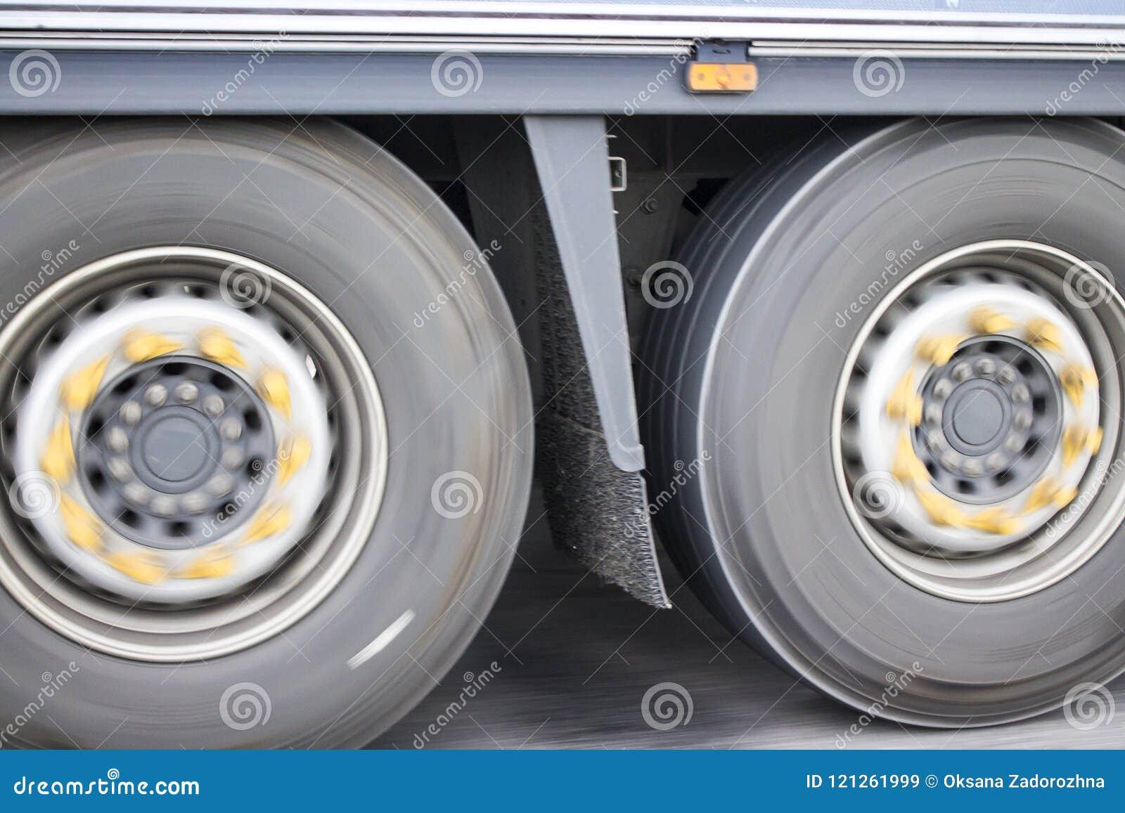 Foto van vrachtwagenwielen in motieonduidelijk beeld