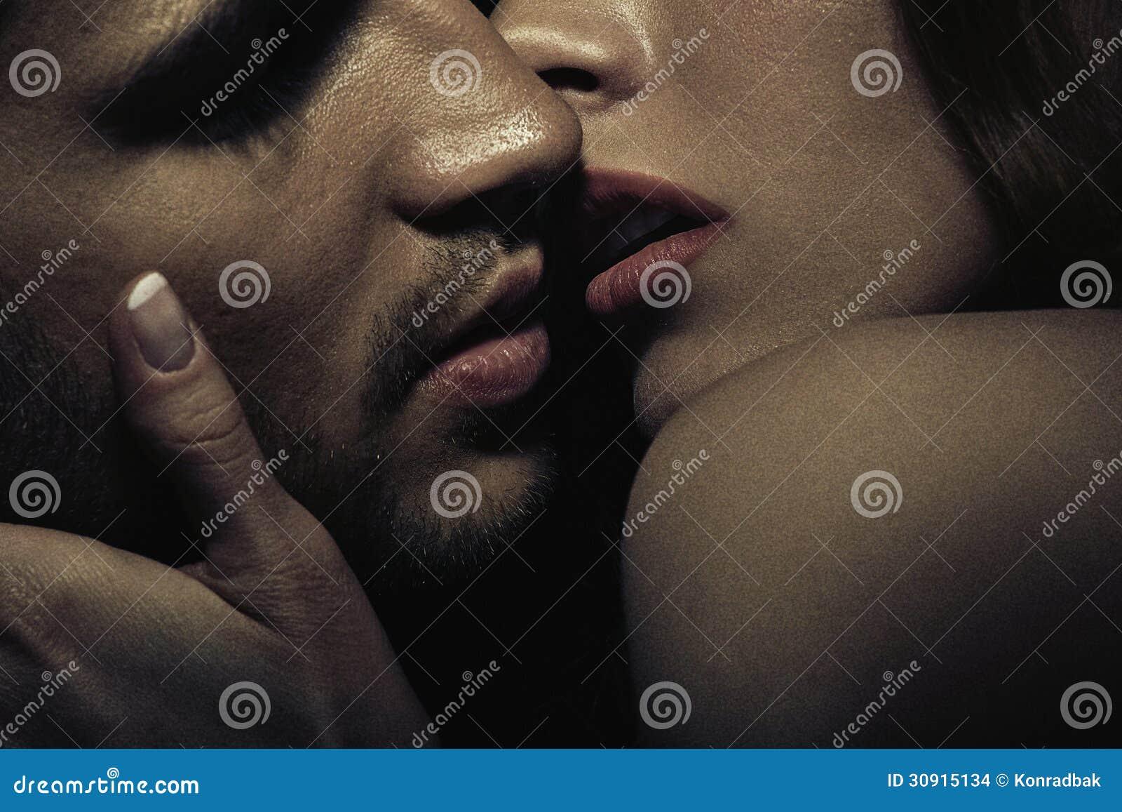 Foto von sinnlichen küssenden Paaren