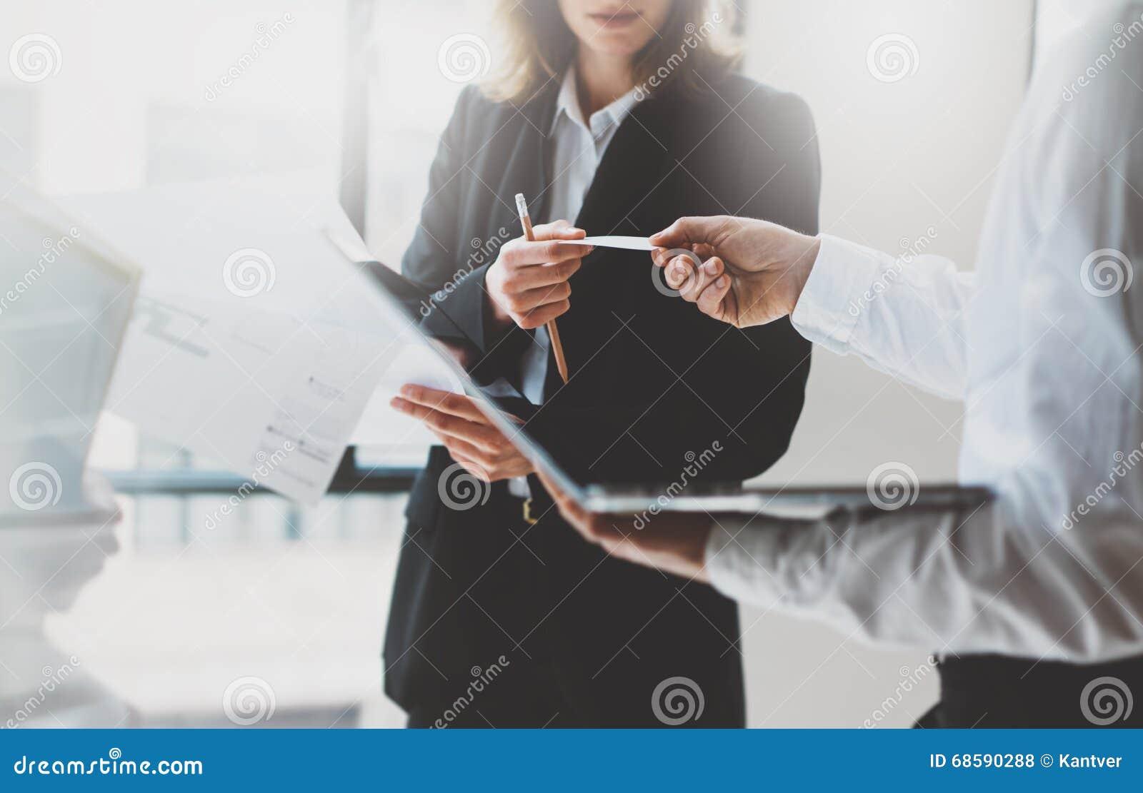 Fotoaffärspartnermöte team arbete Affärskvinna som ger kortkollegan Kontor för nytt projekt för presentation modernt