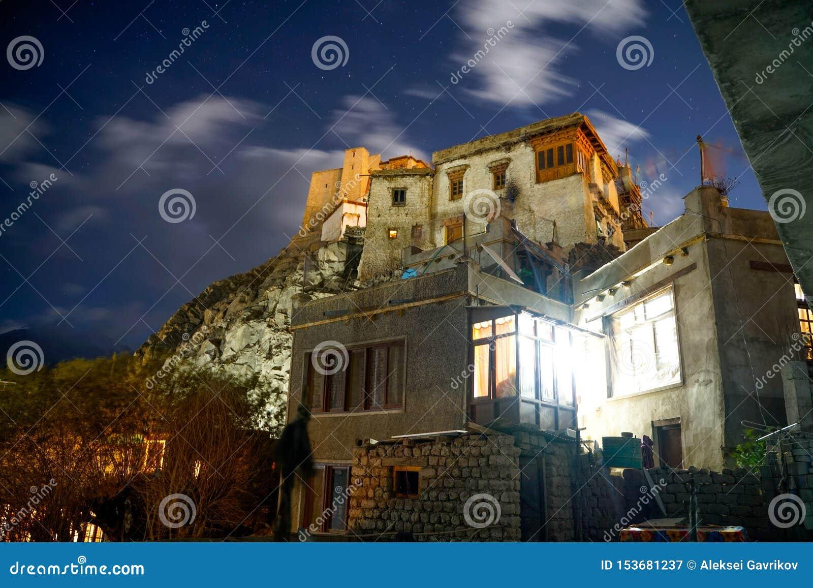 Fotoet av den Leh slotten på nattetid