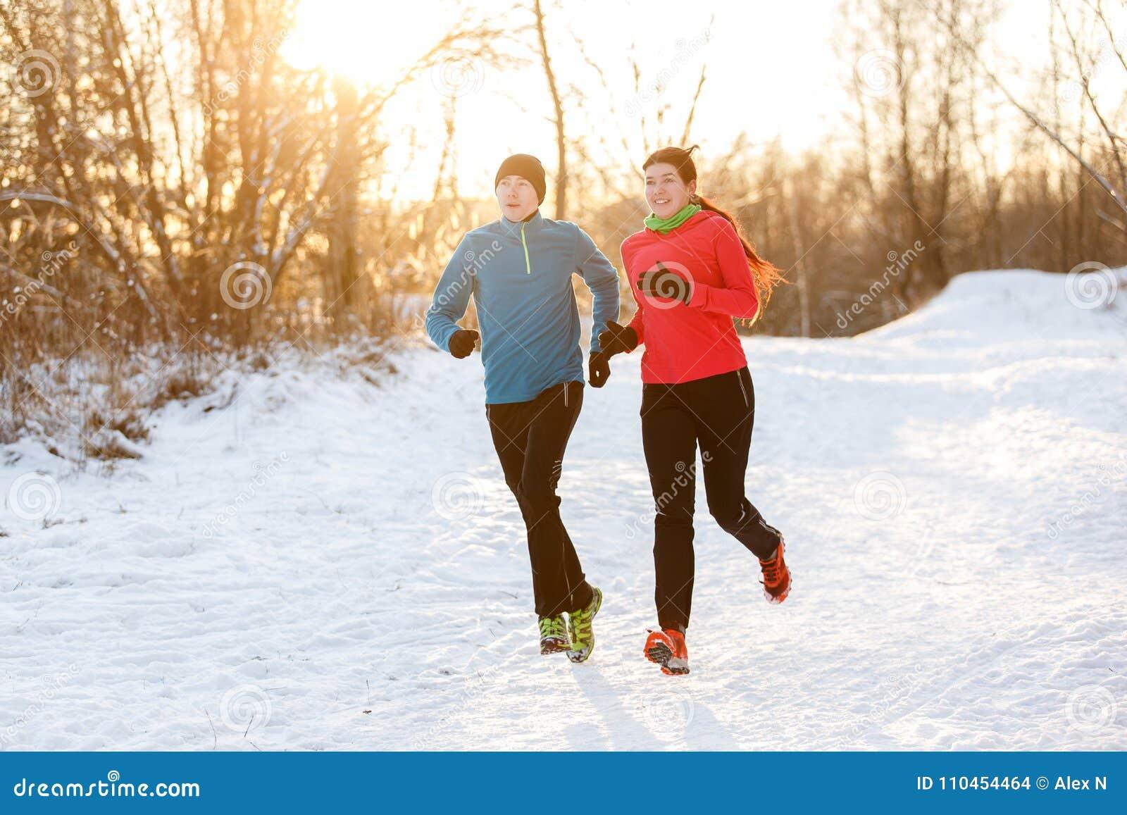Fotoet av två idrottsman nen på inkörd vinter för morgon parkerar