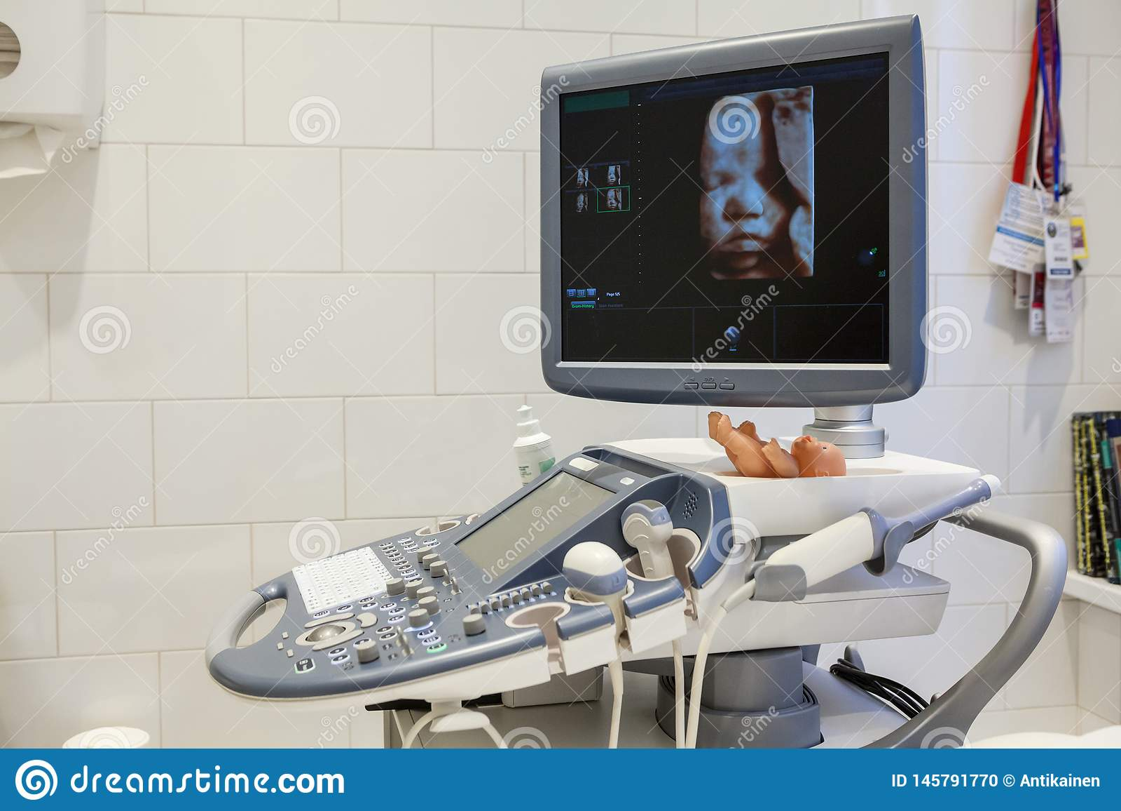 Fotoet för ultraljudet 3d av ofött behandla som ett barn i moderns sköte, ultrasonographerapparatur