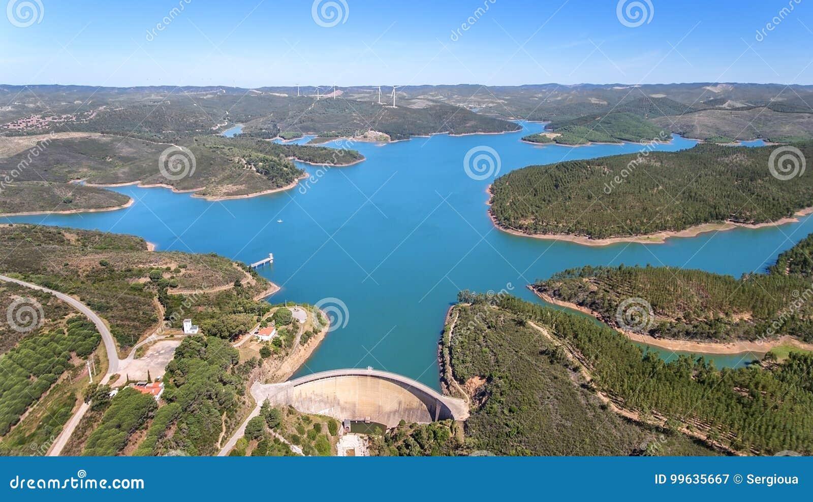 _ Fotoet från himmel, fördämningar fyllde med vatten Odiaxere Bravur Portimao