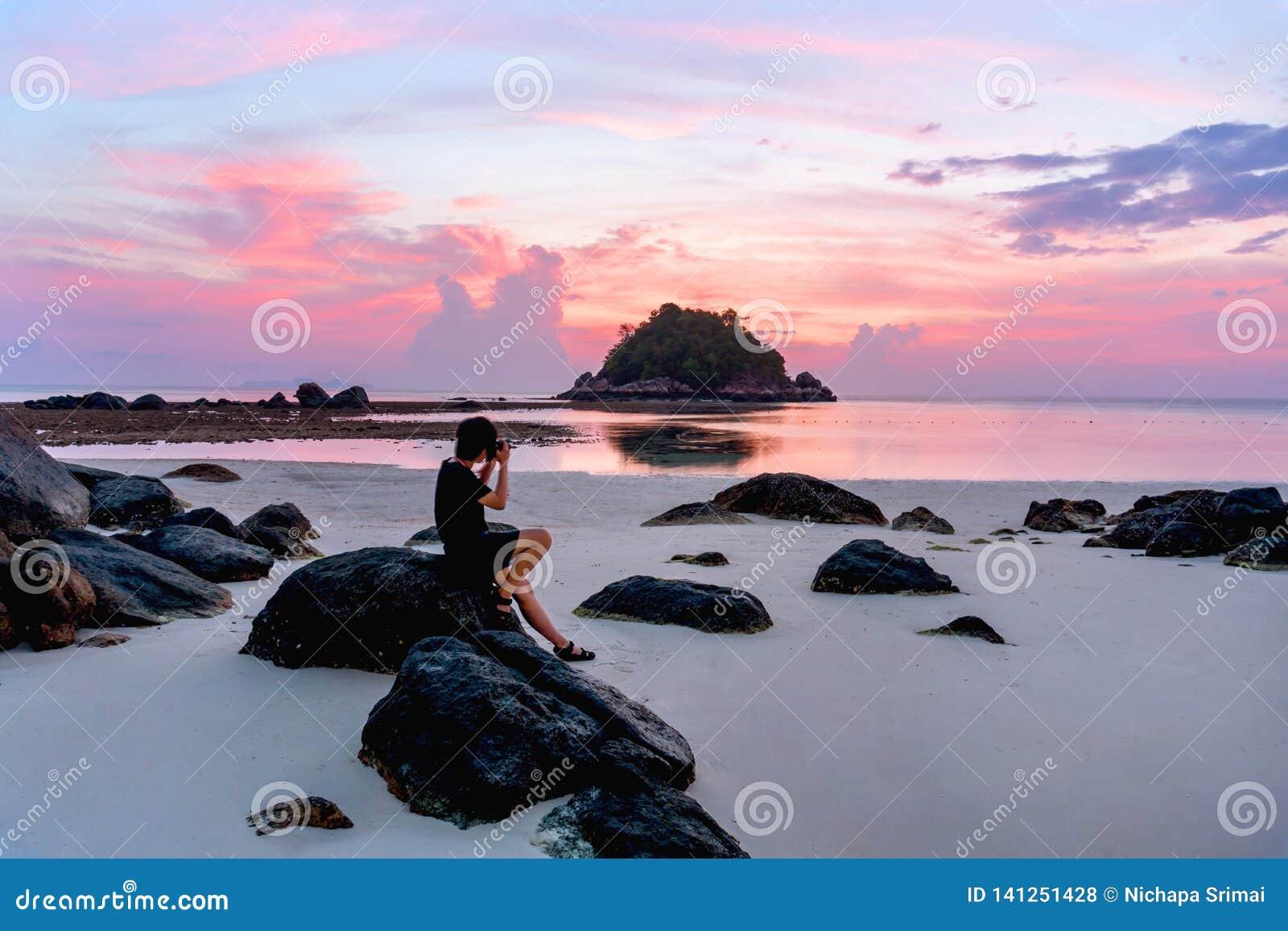 Fotograaf met mooie zonsopgang op Koh Lipe Beach Thailand, de Zomervakantie
