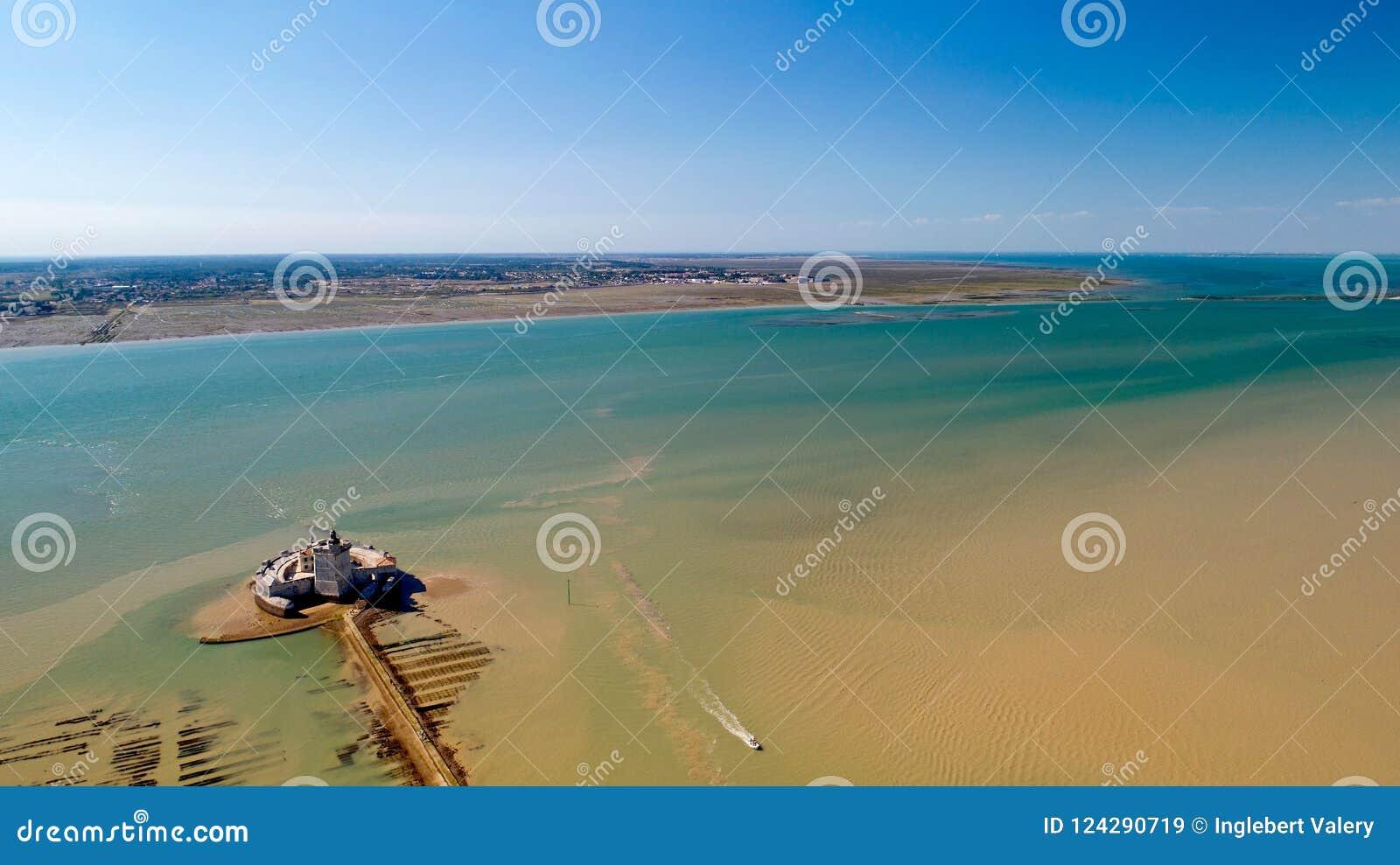 Fotografía aérea de la isla del fuerte Louvois y de Oleron en Charente