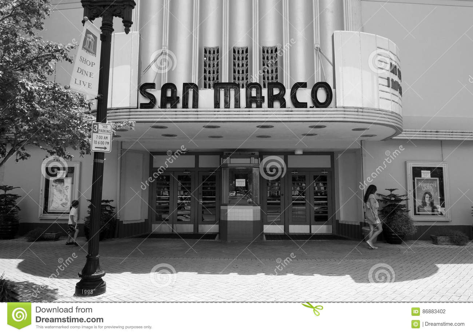 Fotografía blanco y negro del frente de un cine del art déco