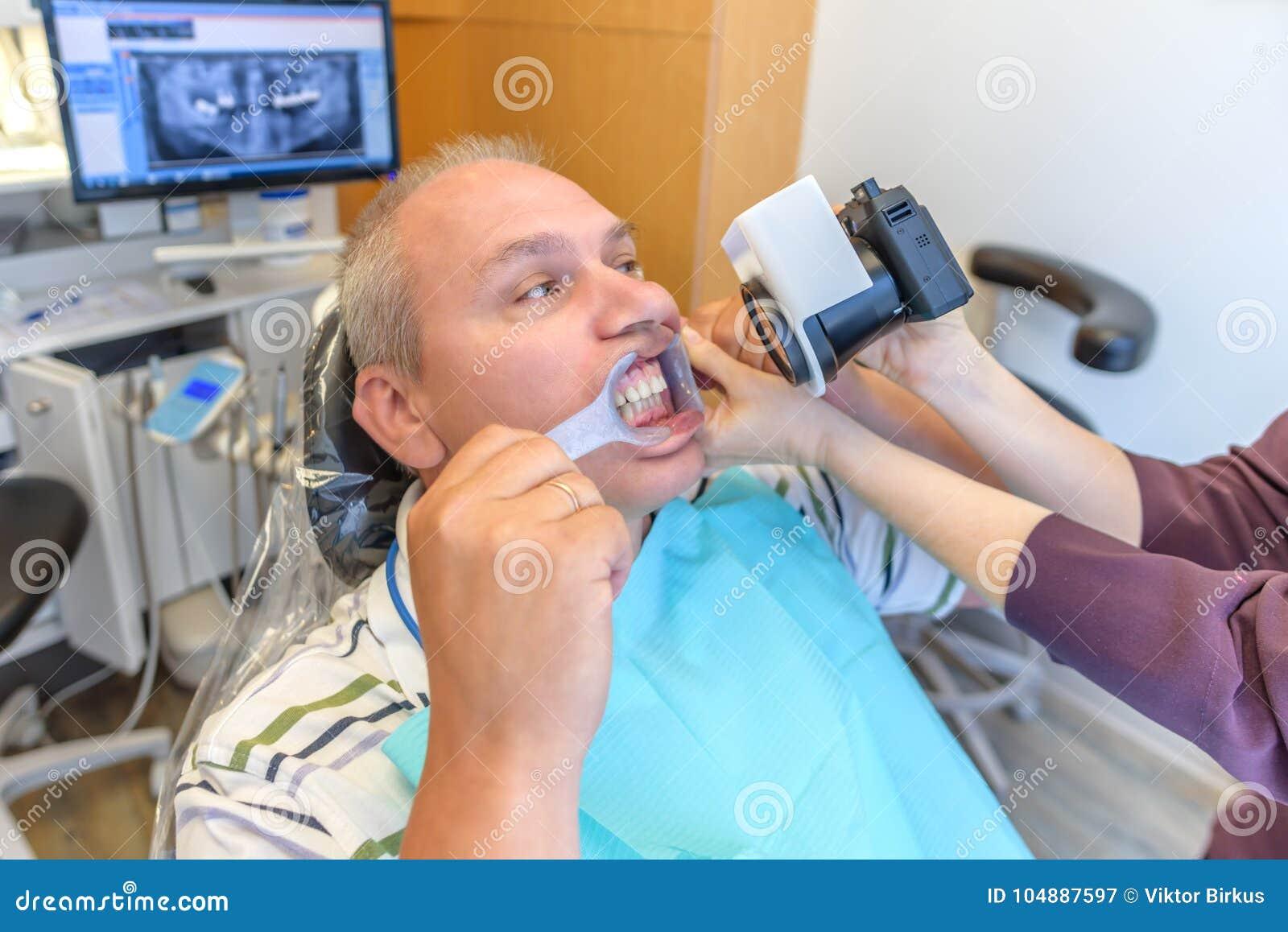 Fotografía de los dientes en la oficina del ` s del dentista