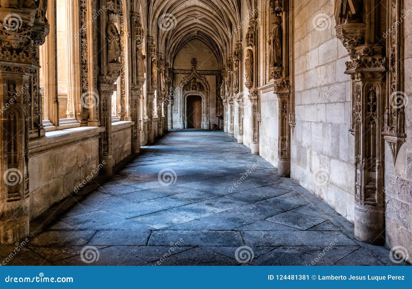 Fotografía del interior del pasillo del claustro de la catedral de Toledo