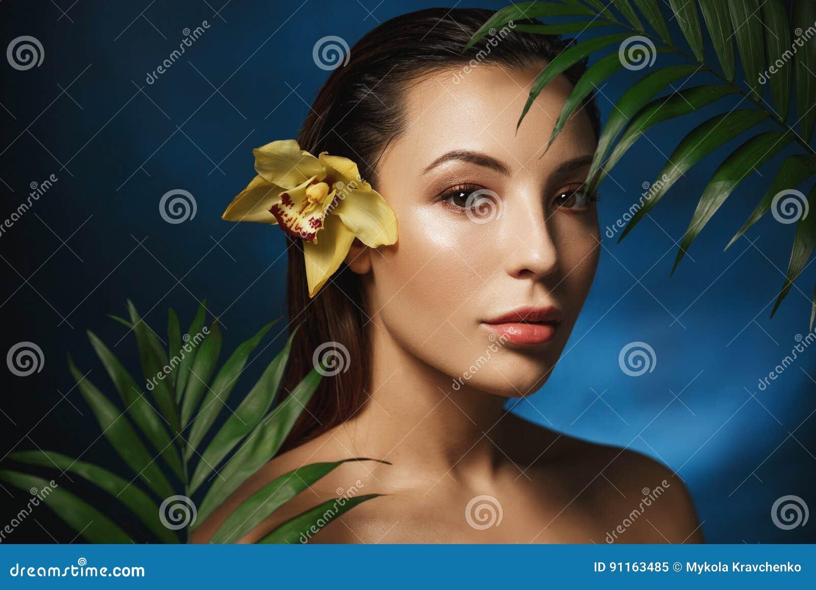 Imágenes Comunes Del Mujer Desnuda En Flores Los Derechos De La