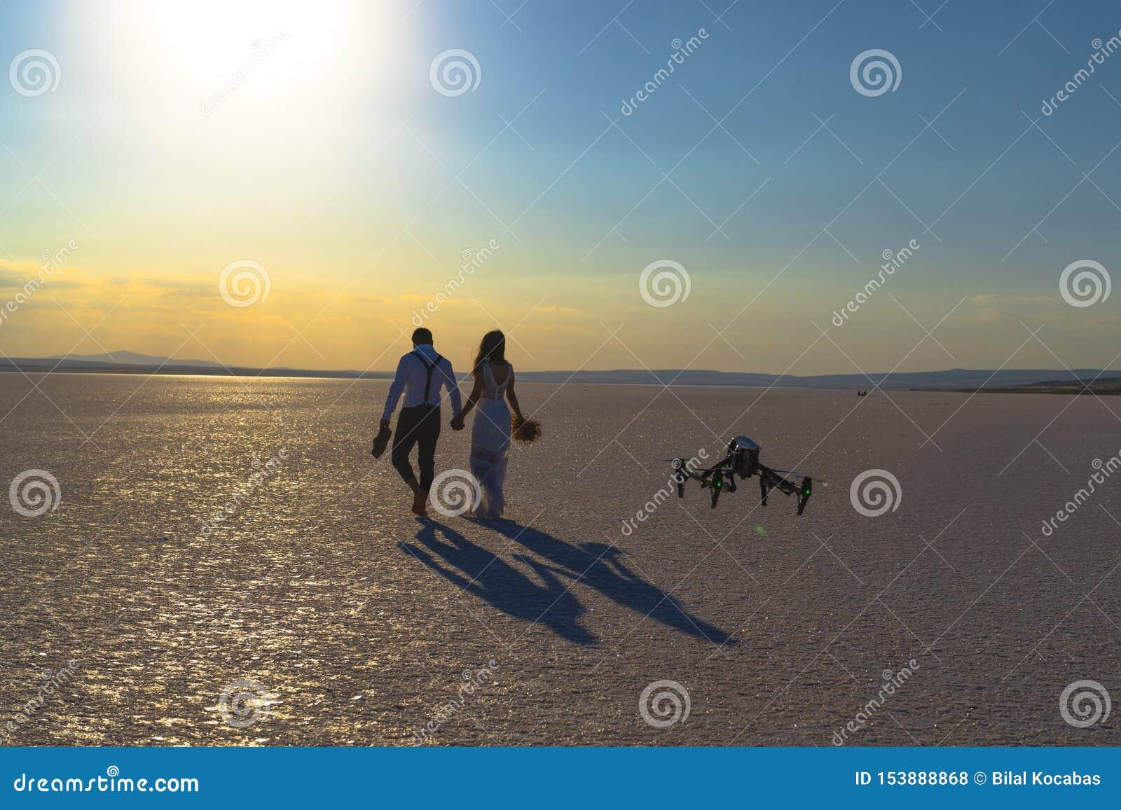 Fotografía y videografía que se casan de lujo y futuristas Abejón de cernido que toma imágenes de casarse pares en Salt Lake,