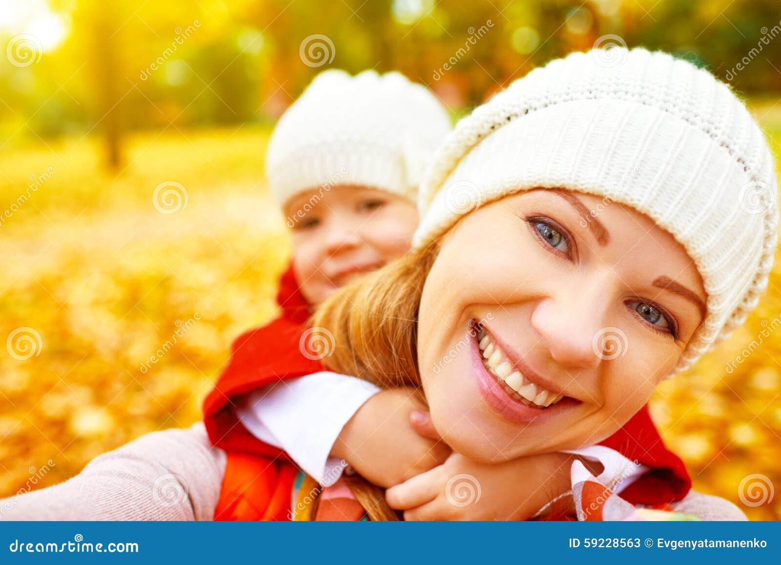 Fotografían a la familia feliz en paseo del otoño que hace a UNO MISMO