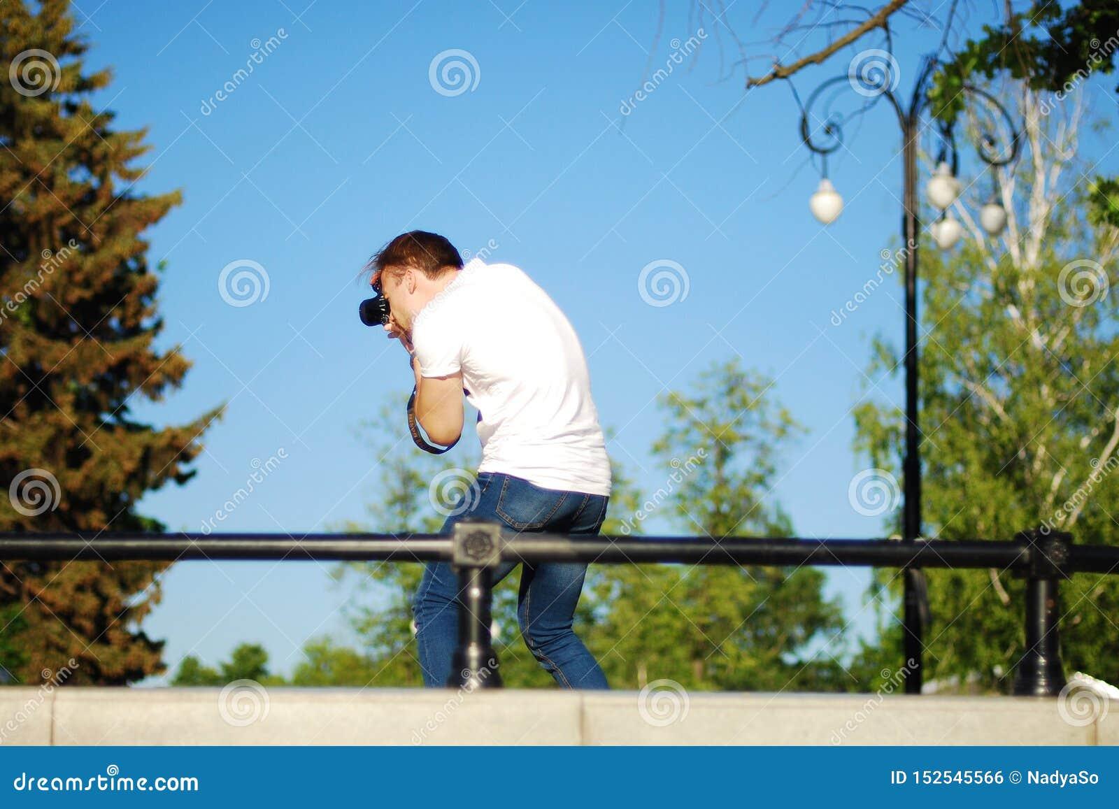 Fotograf bei der Arbeit im Stadtpark, Fotoaufnahme in der Natur