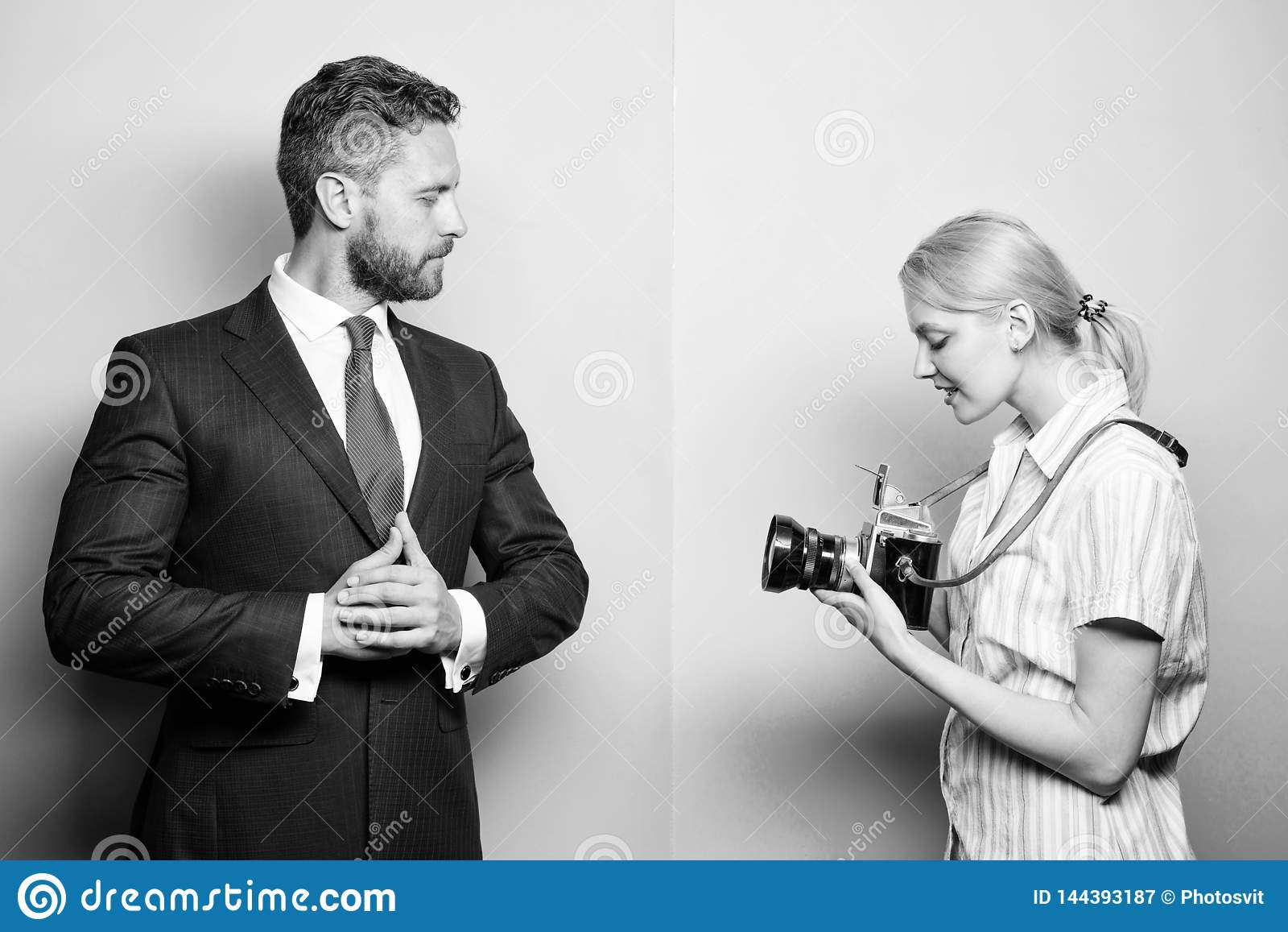 Fotograf, der Foto erfolgreichen Gesch?ftsmann nimmt Paparazzikonzept Photosession f?r Handelszeitung stattlich