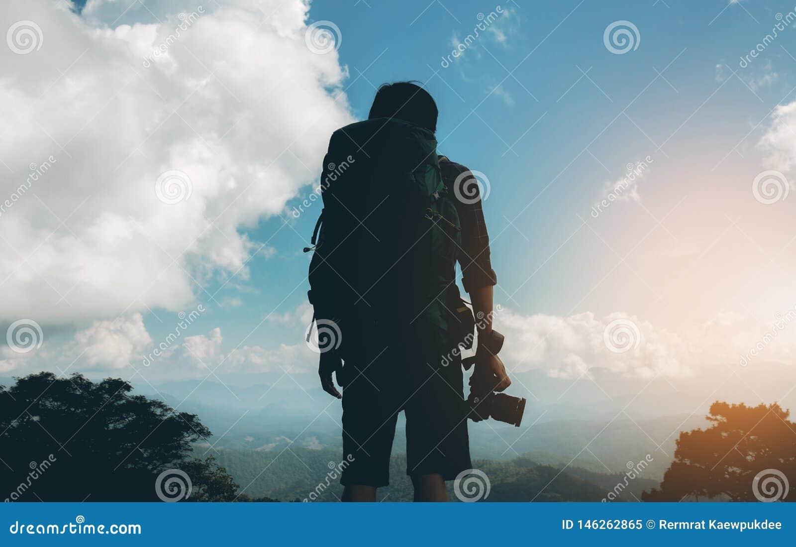Fotograf podróżnik przy zmierzchem