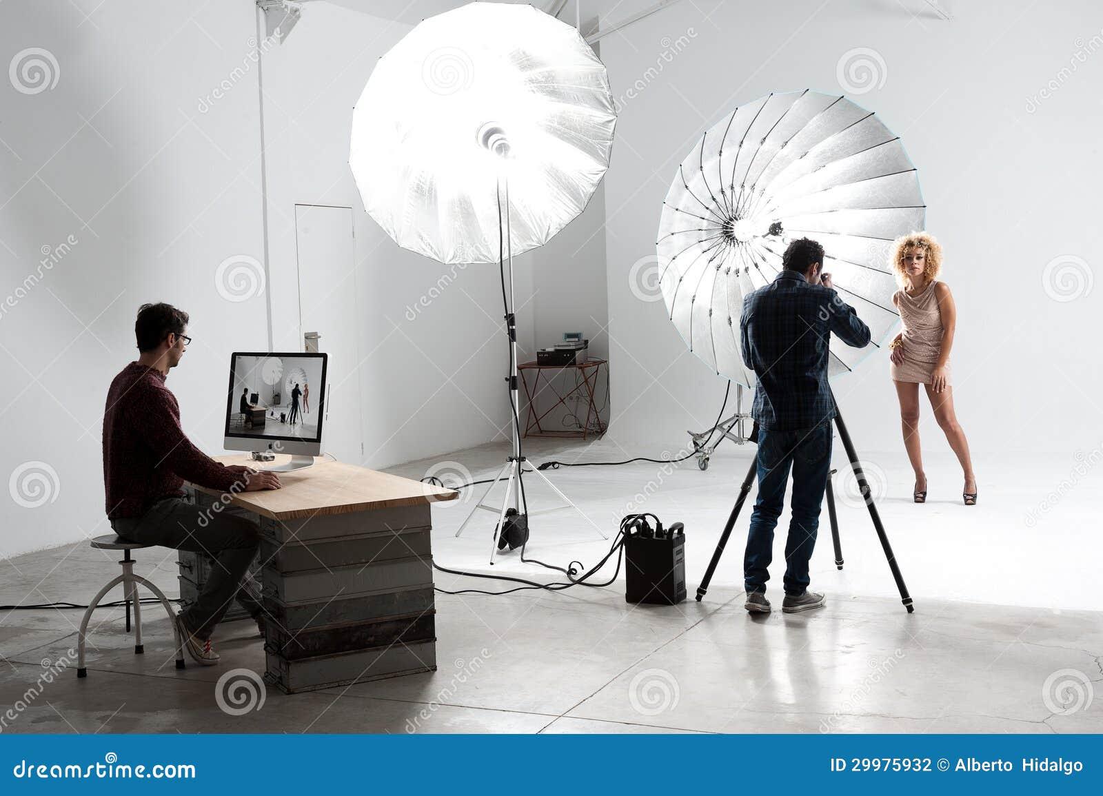 Fotograf pracuje z Ślicznym modelem w Fachowym studiu