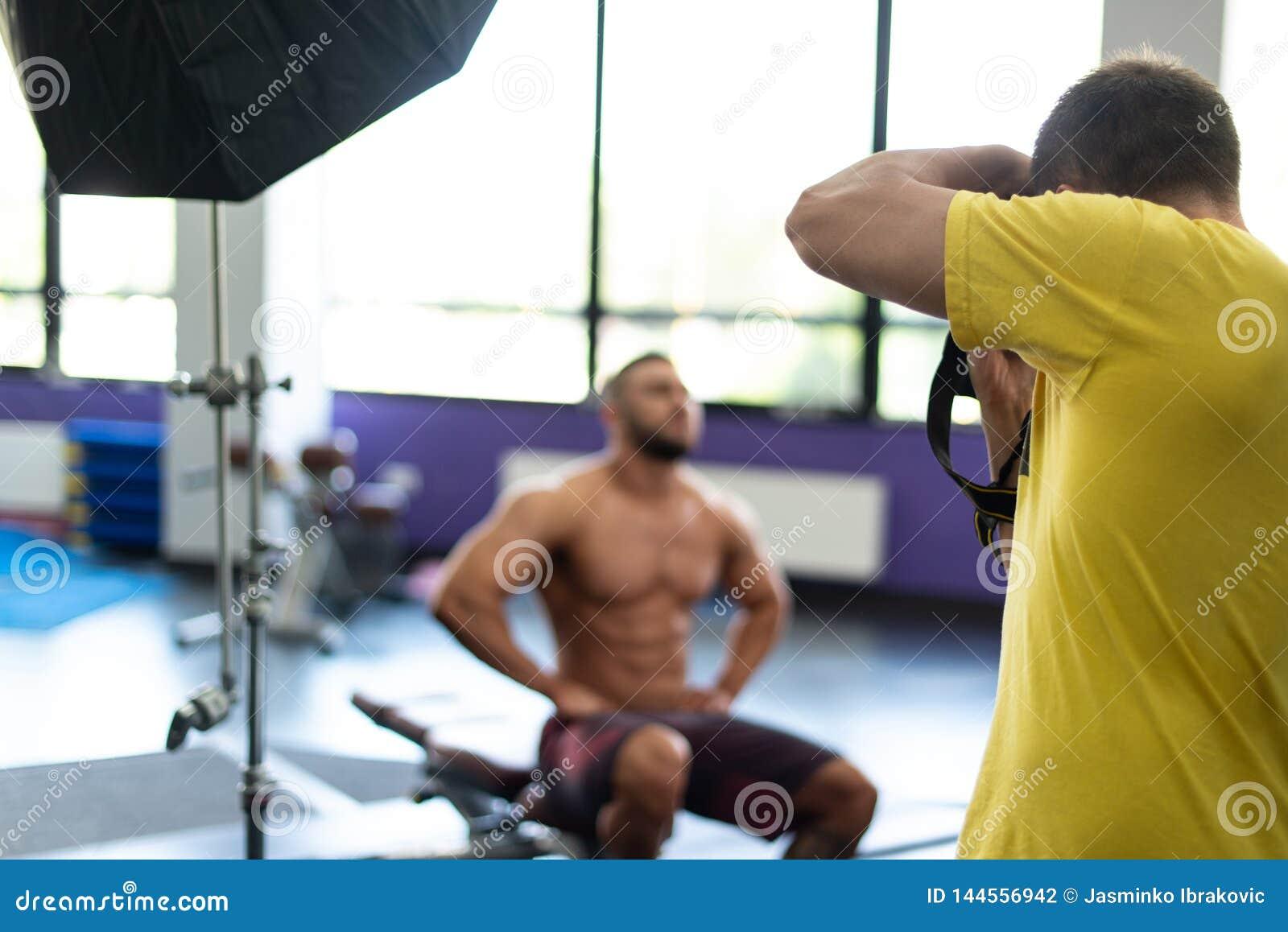 Fotograf Takes Pictures av en kroppsbyggare