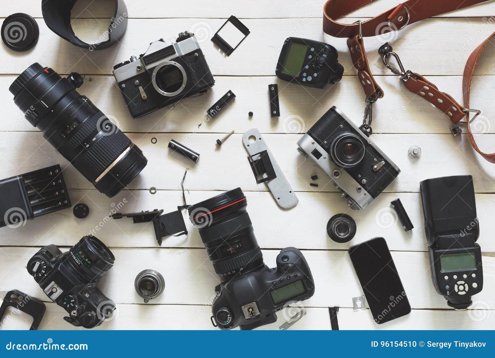 Fotograf Workplace, Kamera, Linsen und Zubehör auf weißem hölzernem Hintergrund Beschneidungspfad eingeschlossen