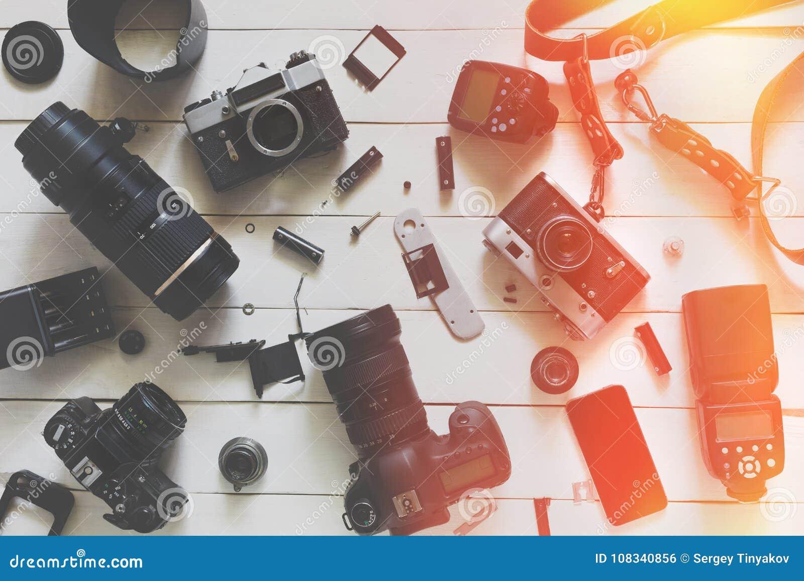 Fotografa Blogger miejsce pracy, Odgórny widok Kamera, obiektywy I akcesoria Na Drewnianym tle,