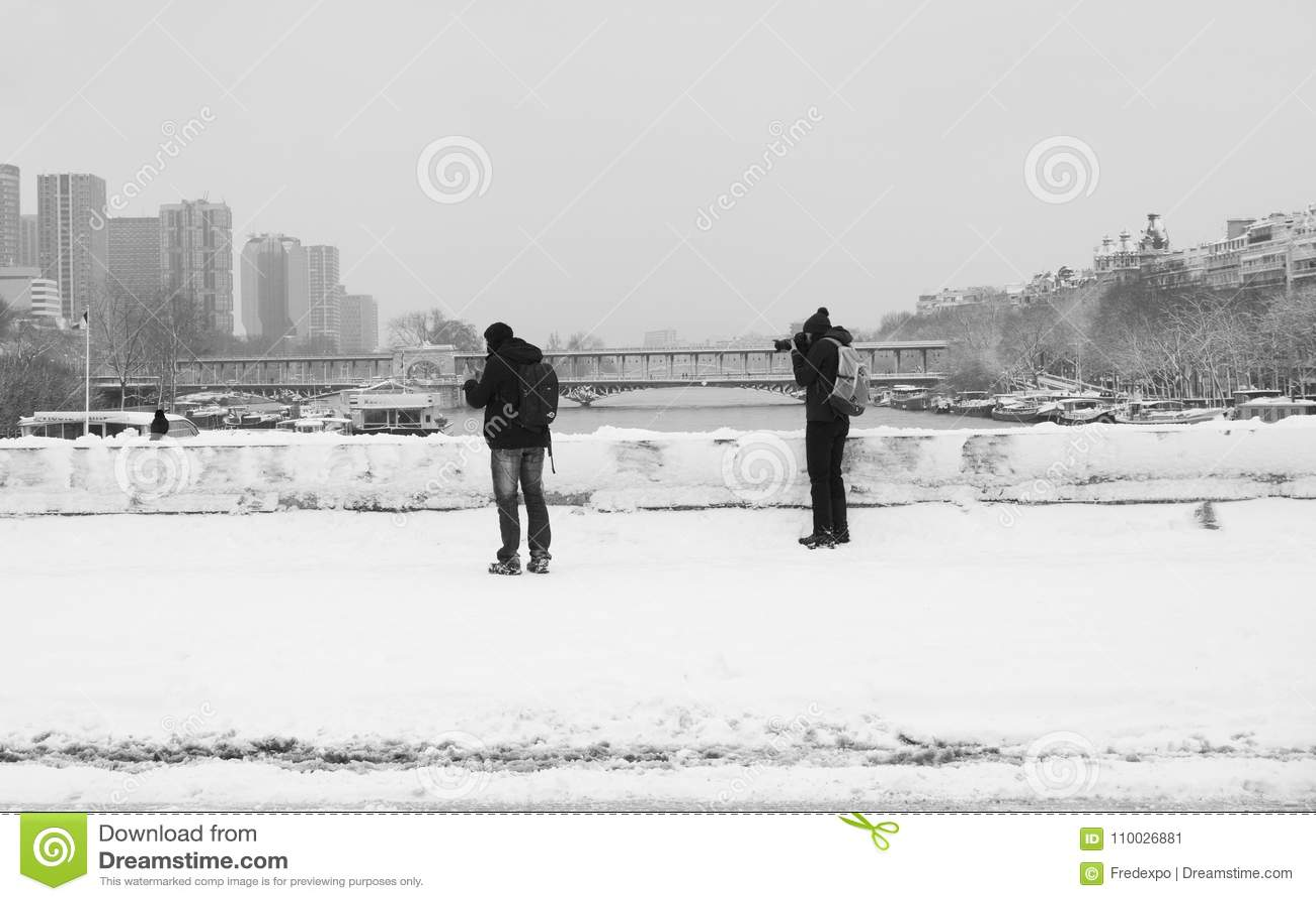 Fotografen van de Trocadero-Brug onder verse sneeuw