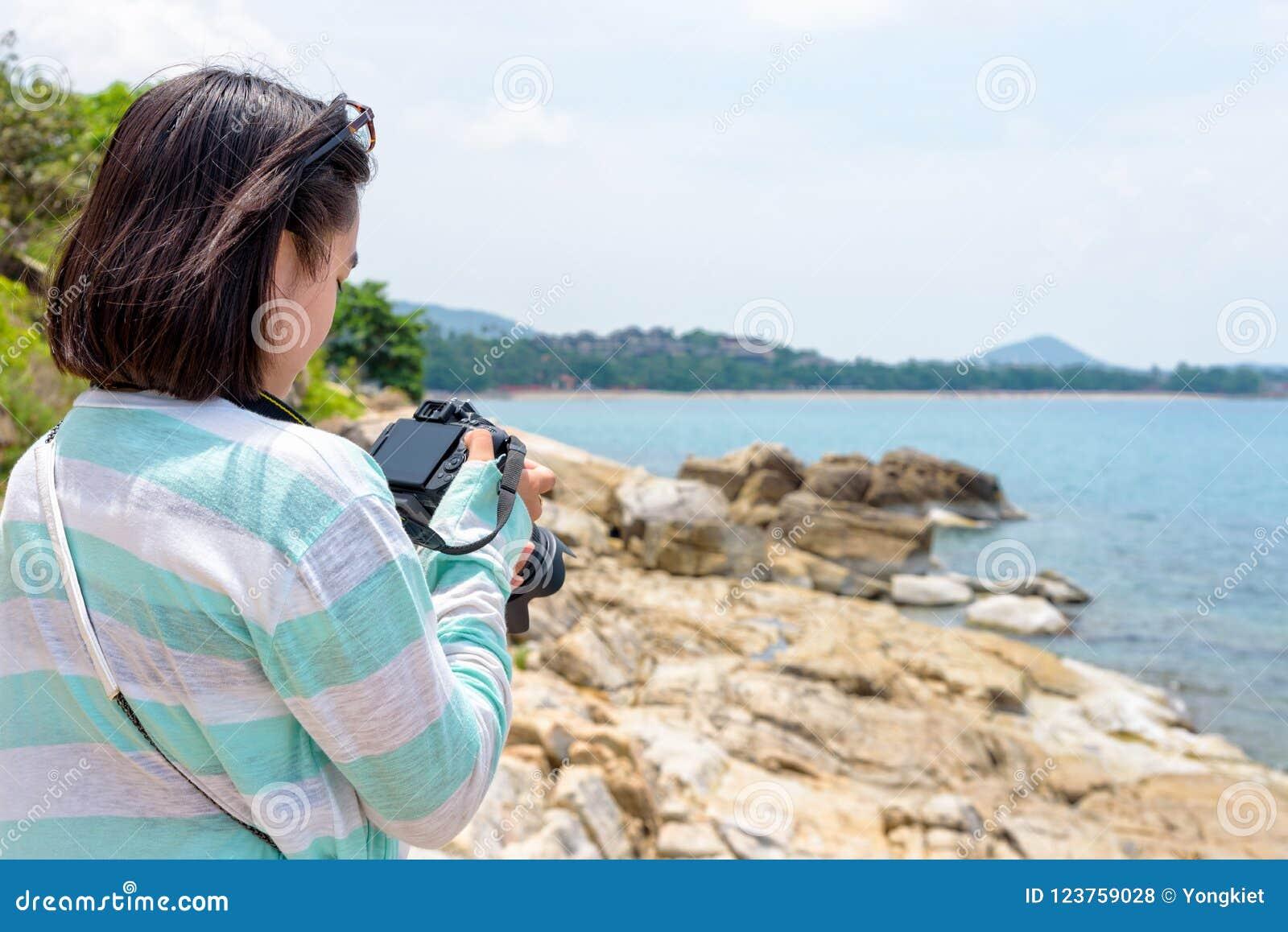 Fotografi för ung kvinna nära havet