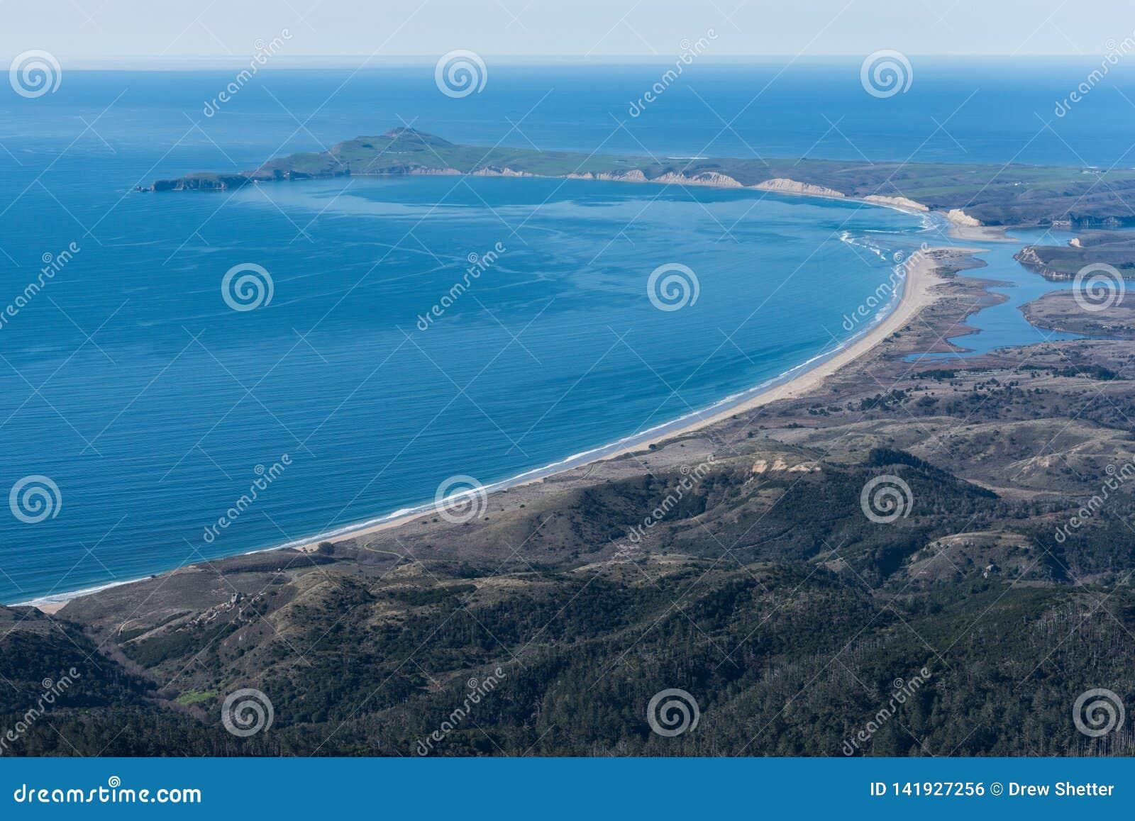Fotografia aérea da praia de Limantour e do ponto Reyes National Seashore