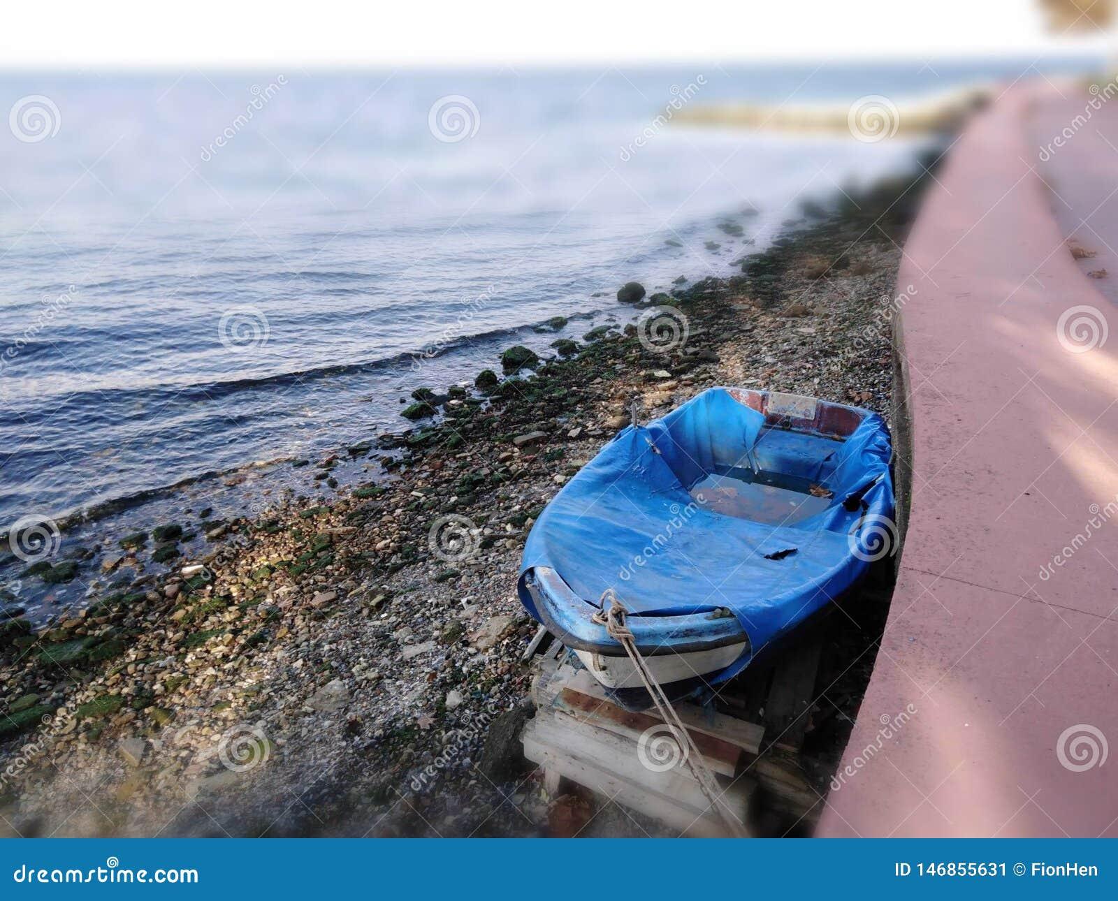 Fotografia błękitna łódź