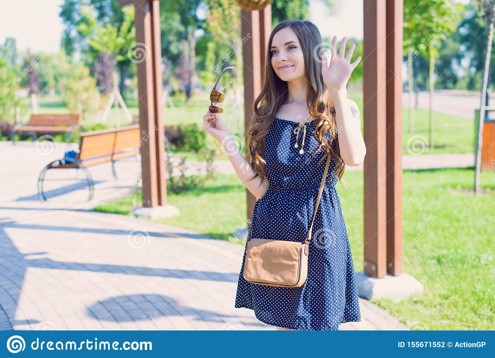 Fotografia cukierki satysfakcjonował ładnego damy dosłania powitanie mówi walkower dziewczyna jest ubranym błękitnego kropkowaneg