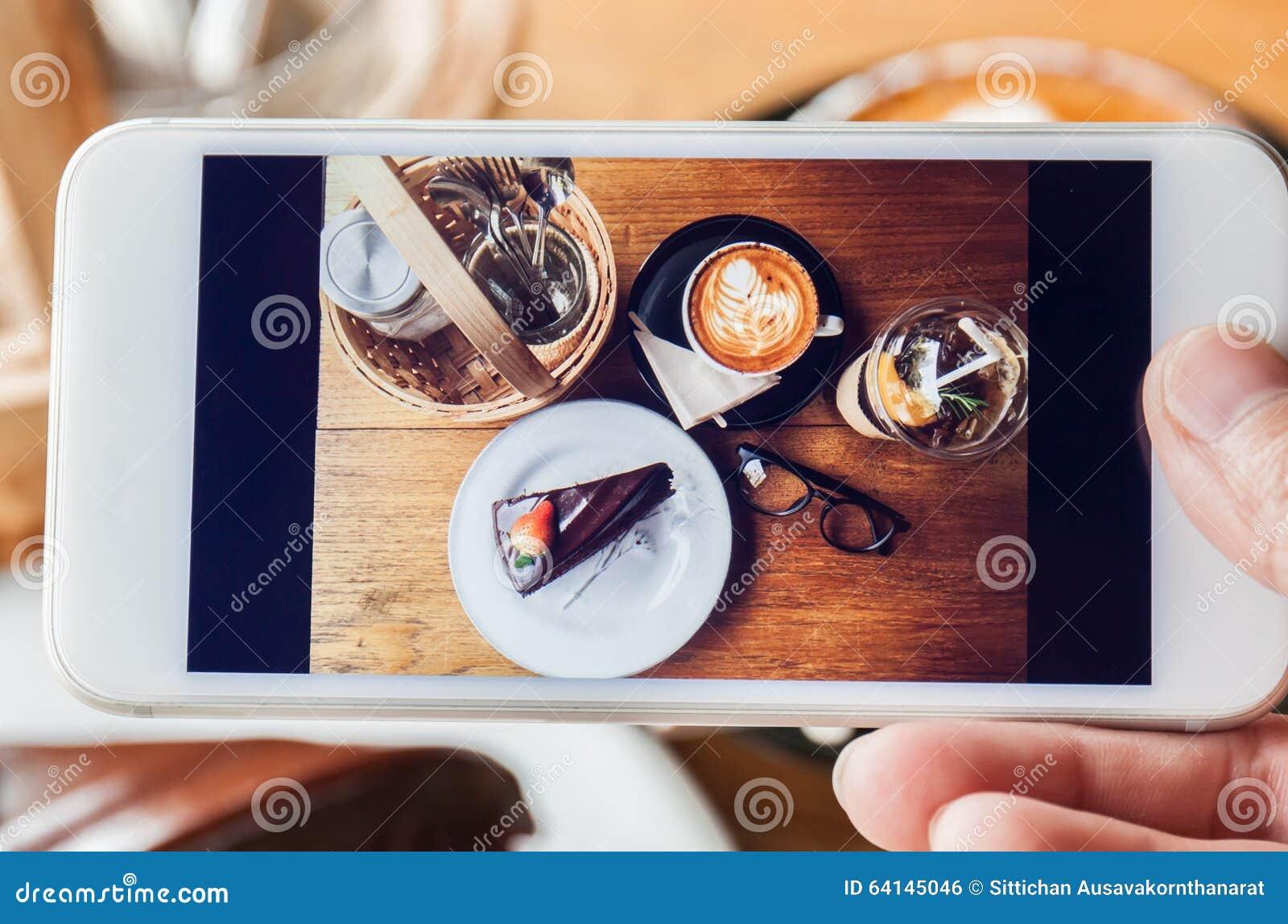 Fotografia czekoladowy tort, cappucino, eyeglass, podprawa i peac,