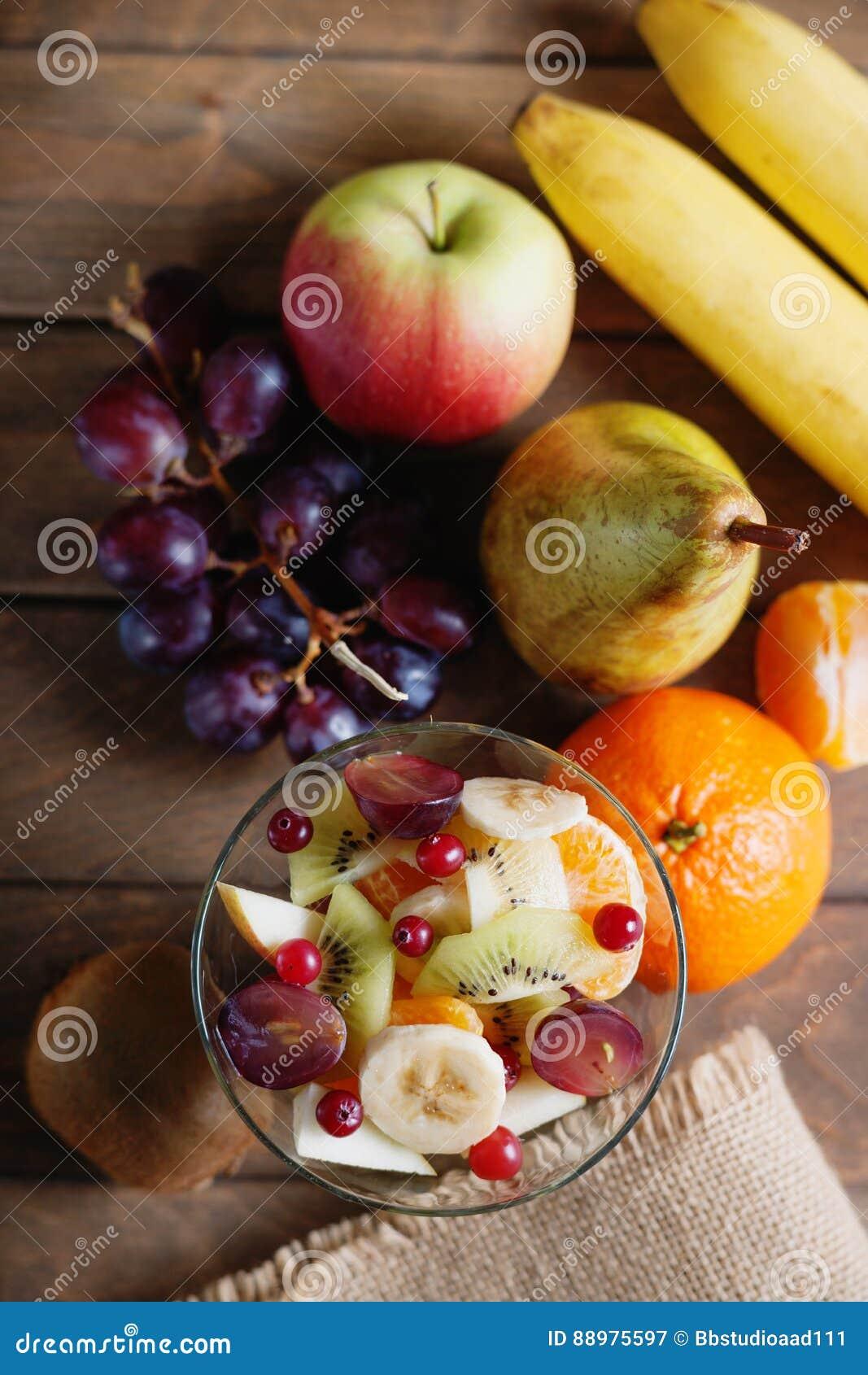 Fotografia de uma salada e de frutos de fruto